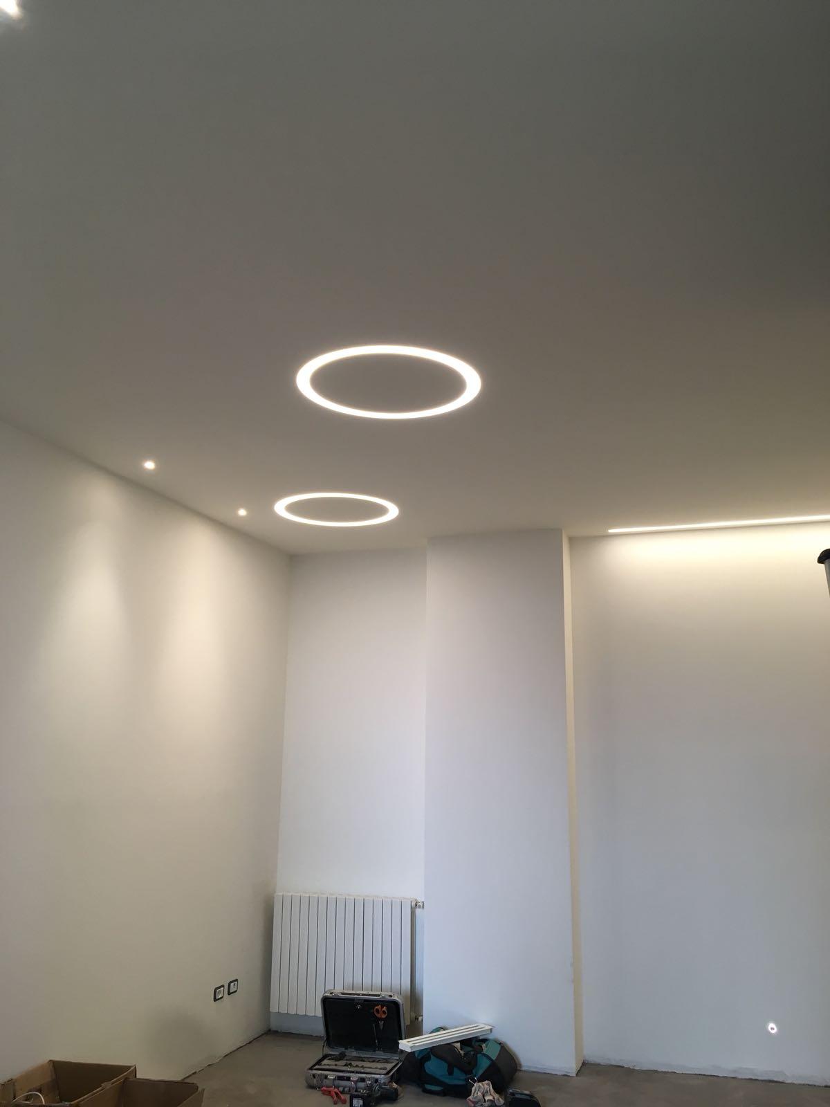 20. Illuminazione ad incasso su controsoffitto e installazione segna passo a parete: lavori ultimati.