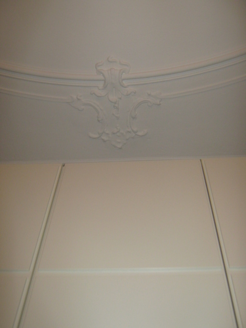 20. Restauro e riproduzione con stampo in resina di cornice  soffitto in gesso del 1920: lavori ultimati.