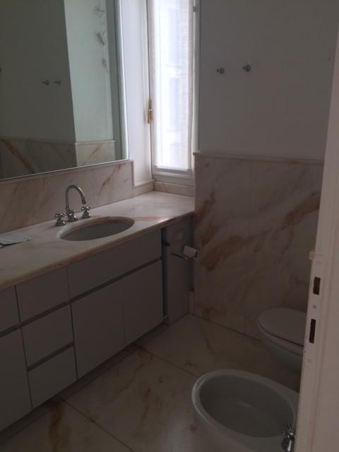 22. Locale bagno con rivestimento e pavimenti in lastre di marmo rosa: lavori ultimati