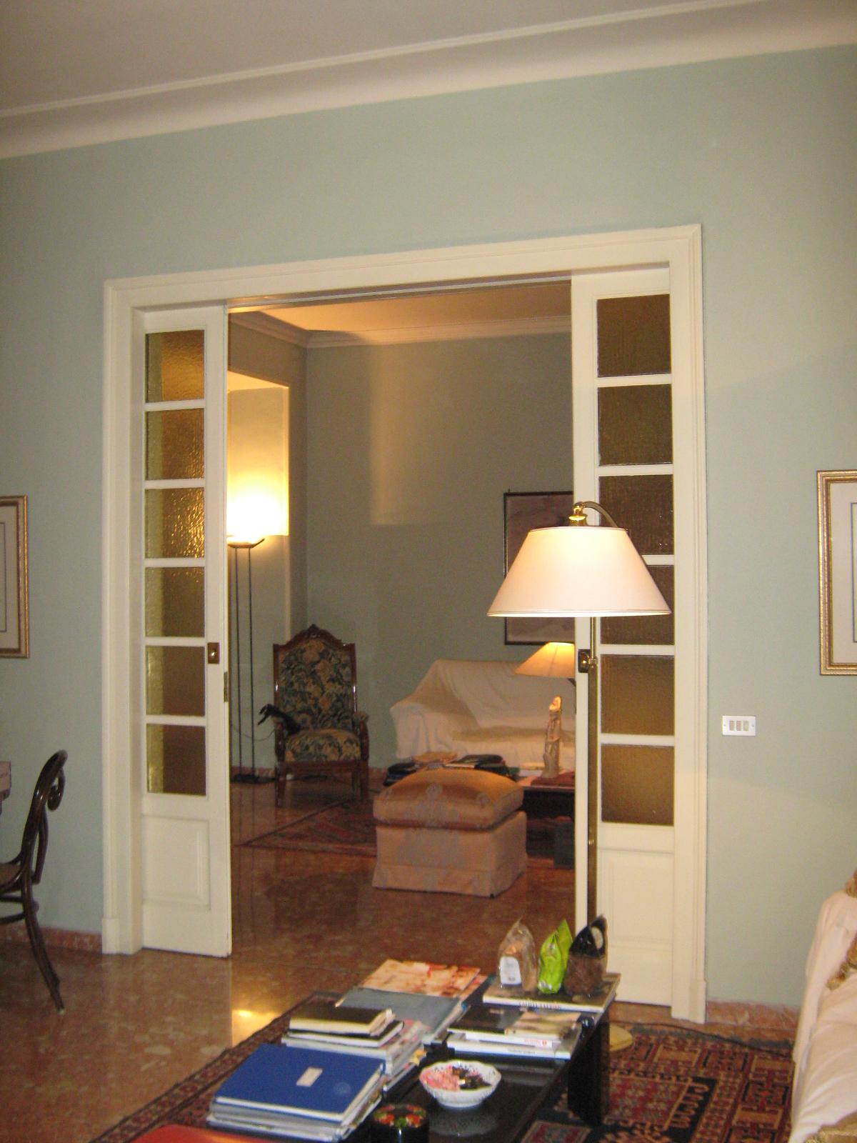 3. Alloggio interno zona giorno con pavimento rivestito in lastre di marmo rosa, serramenti in vetro e legno laccato: stato di fatto.