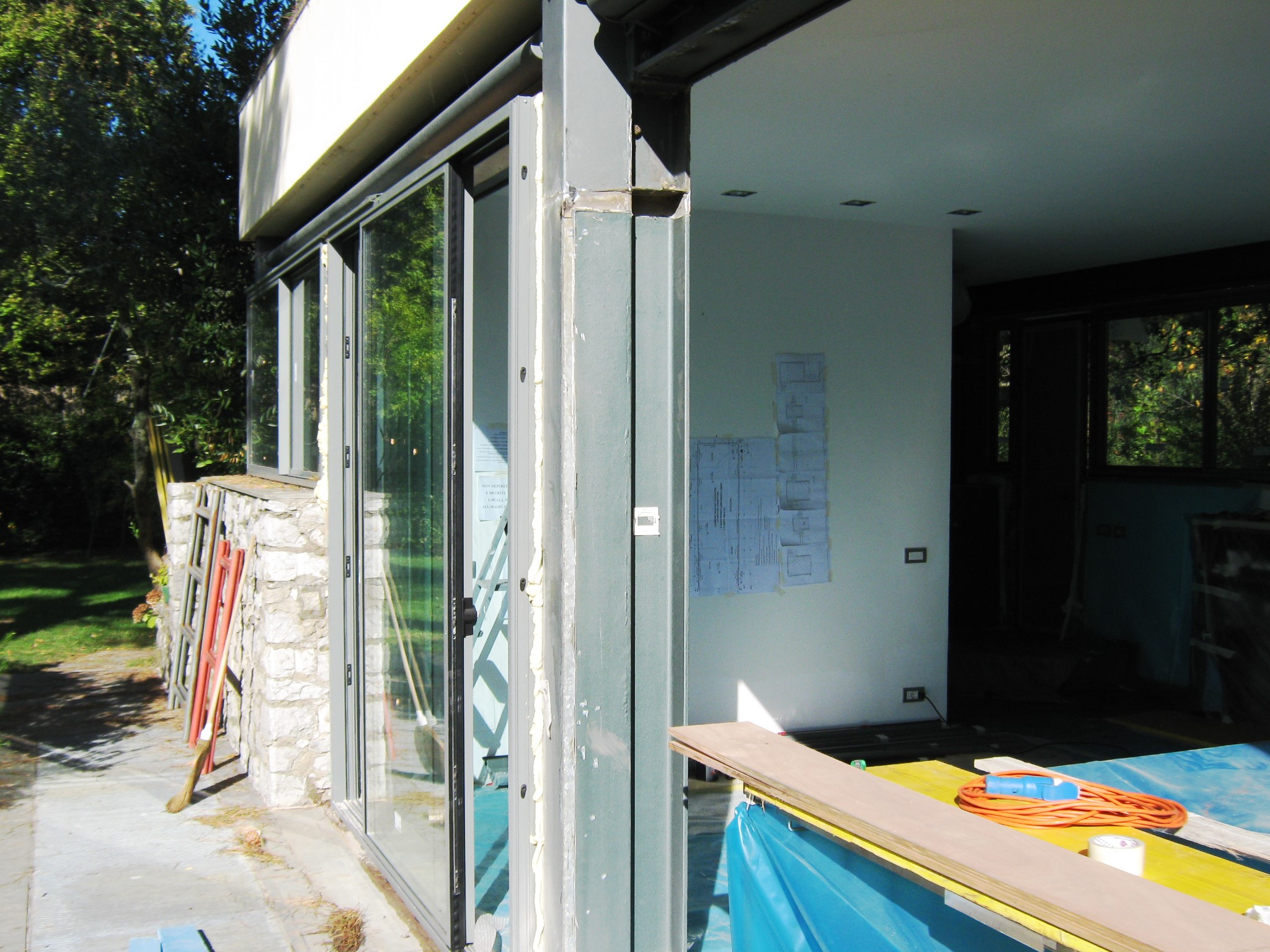 3. Installazione di porte finestre ad ante scorrevoli: lavori in corso.