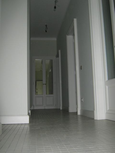 3. Disimpegno, pavimento in mosaico serie Neutra gres di Casamood e restauro delle porte esistenti: lavori ultimati.