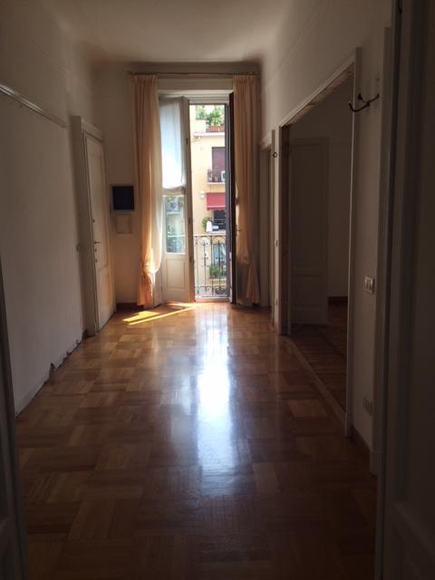 3. Locale con porta finestra a doppia anta in vetro e legno laccato e pavimento in doghe di legno disposte a mosaico: stato di fatto.