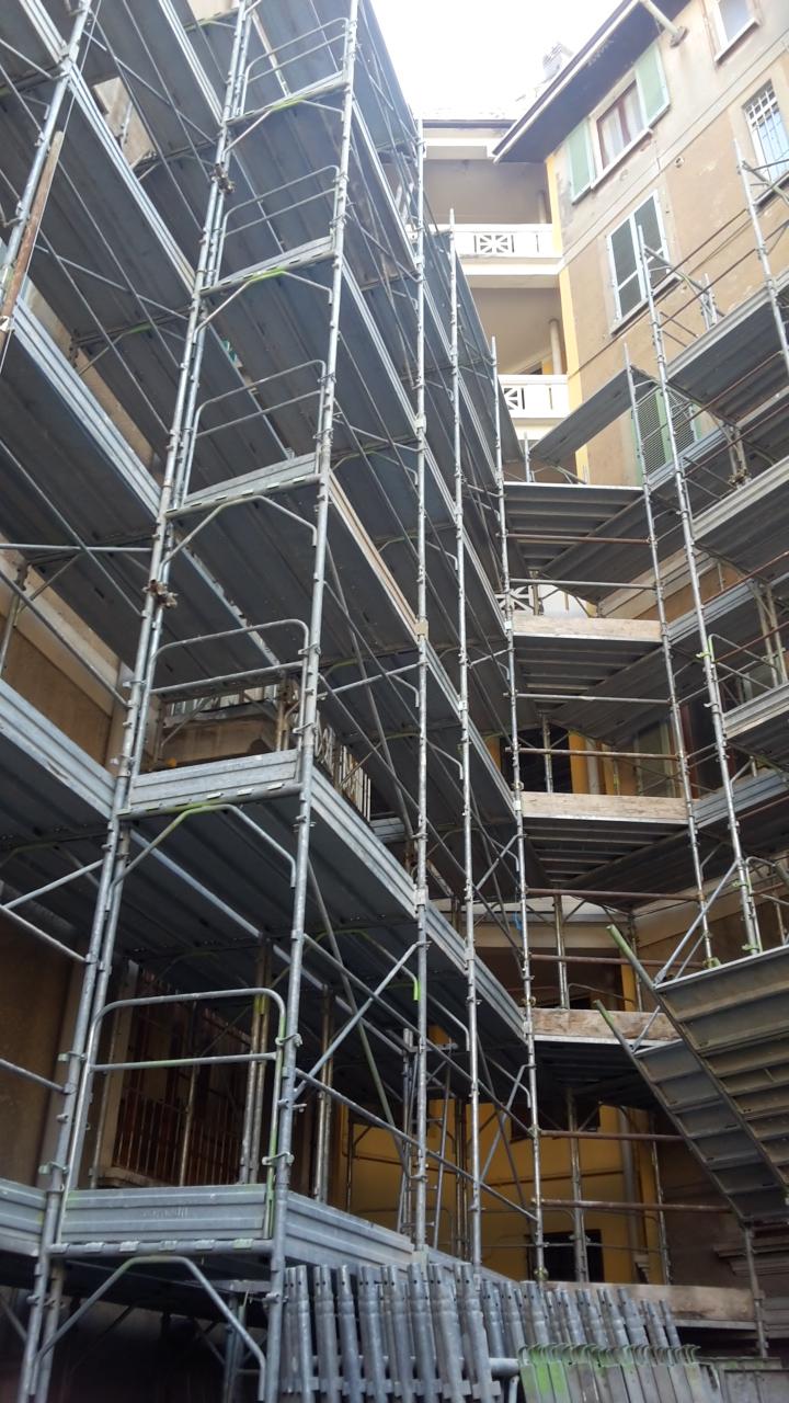 3. Allestimento e montaggio di opere provvisionali composto da ponteggi fissi a telai prefabbricati e mantovane parasassi: lavori in corso.