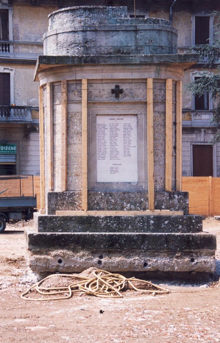 3. Alloggiamento a terra monumento commemorativo tramite autogru, previa protezione monumento con listelli in legno: lavori in corso.