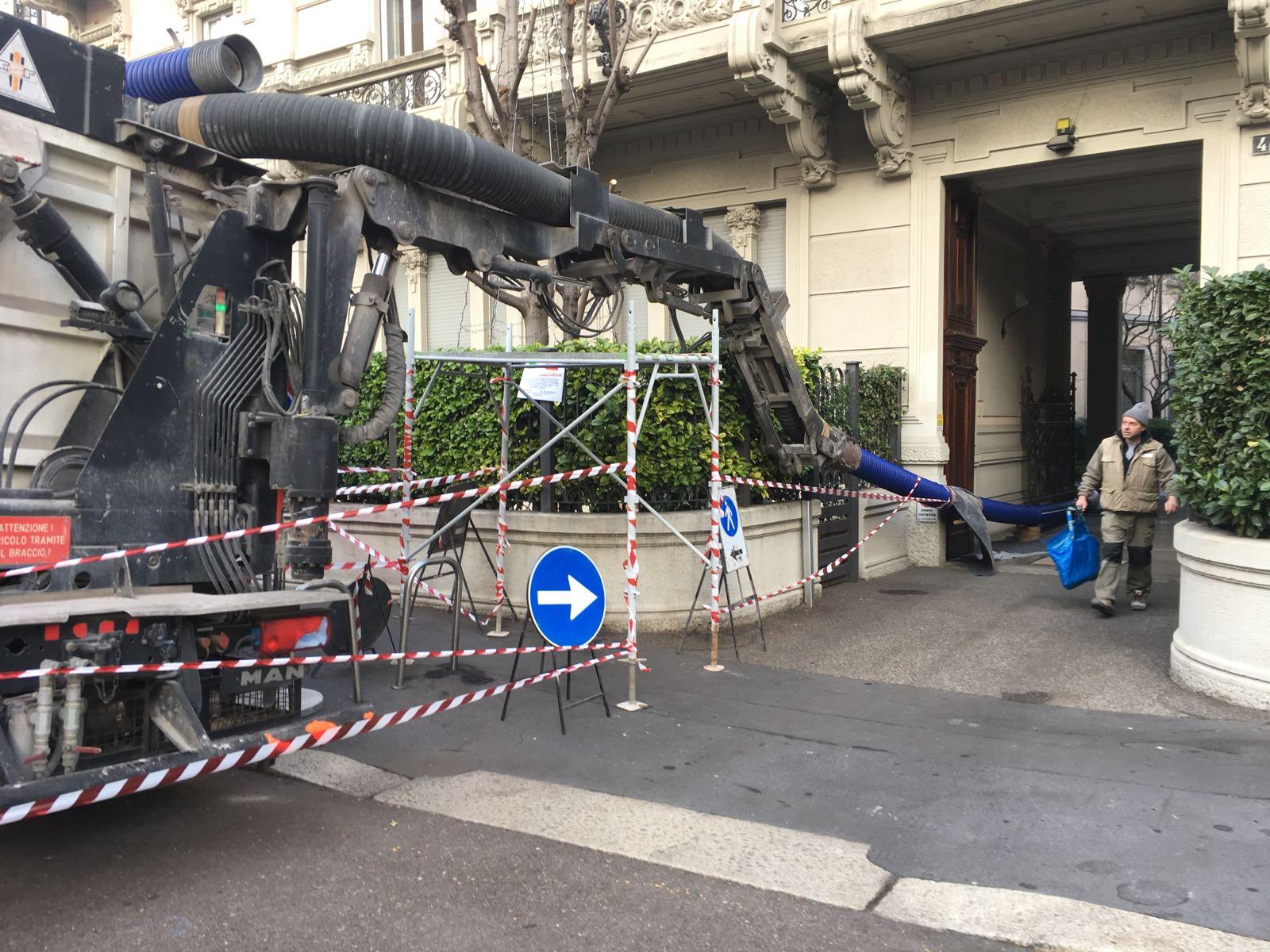 3. Messa in sicurezza dell'escavatore a risucchio con predisposizione laterale di passaggio pedonale in via Mondadori: lavori in corso.