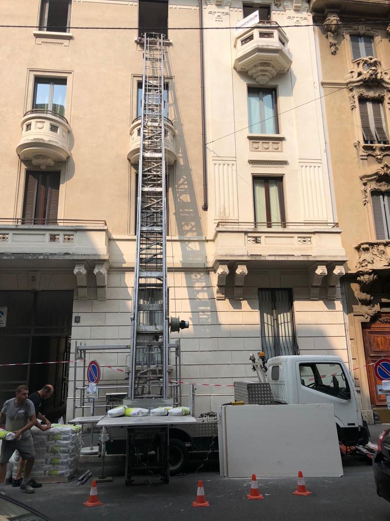 3. Installazione di scala e piattaforma elevatrice per il tiro al piano dei materiali: lavori in corso.