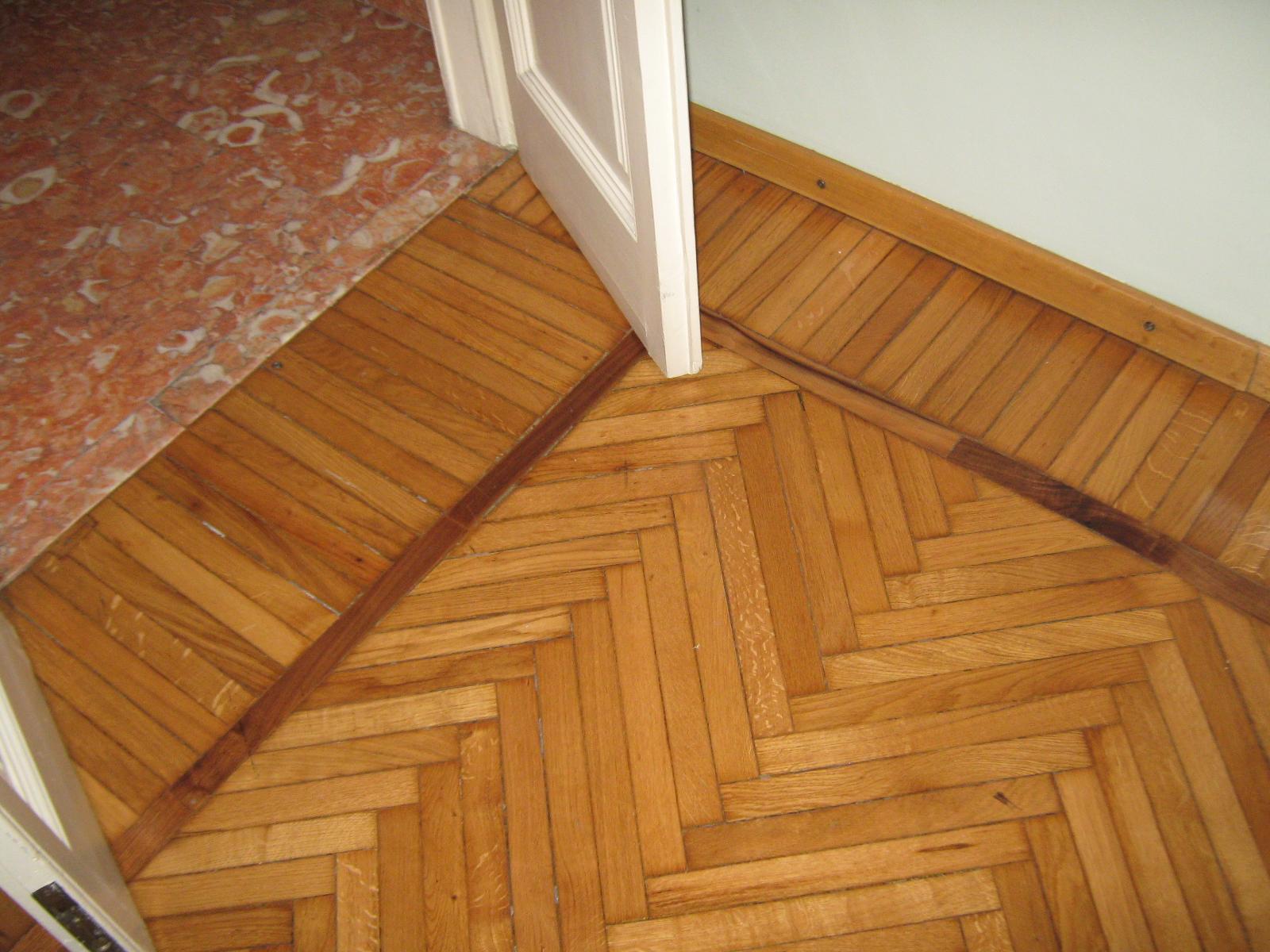 4. Particolare pavimento in parquet di legno disposto a spina di pesce all'italiana con fascia e bindello: stato di fatto.