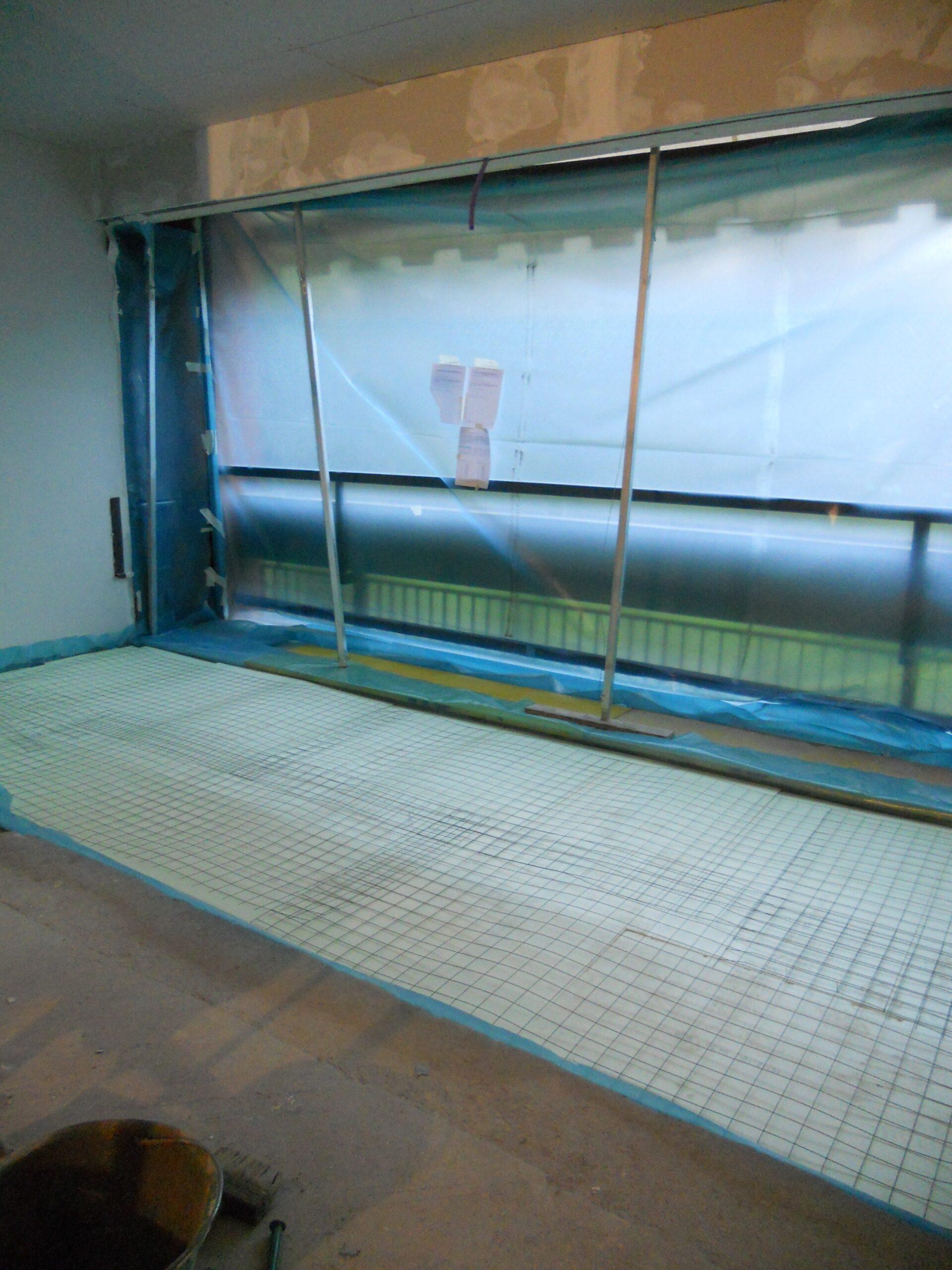 4. Installazione di porta finestra ad alzanti scorrevoli e posa di rete elettrosaldata per massetto pavimenti: lavori in corso.