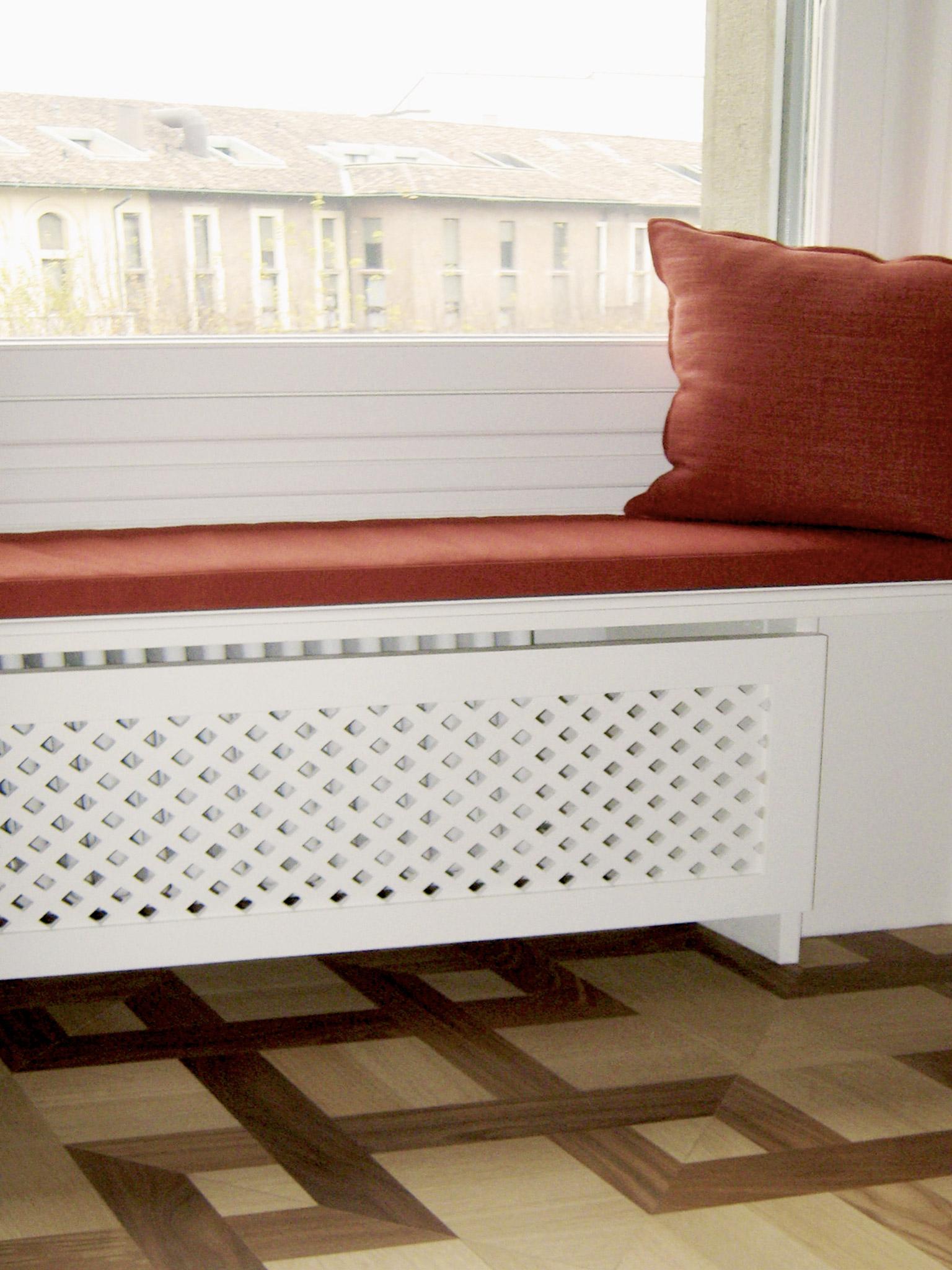 4. Copricalorifero in legno laccato a mano con griglia con funzione di seduta d'arredo: lavori ultimati.