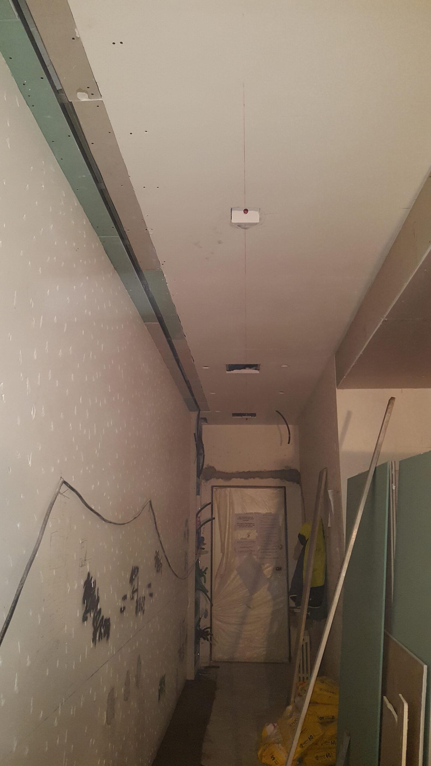 17. Installazione di porta a scrigno su tramezzi in tavolati: lavori in corso.