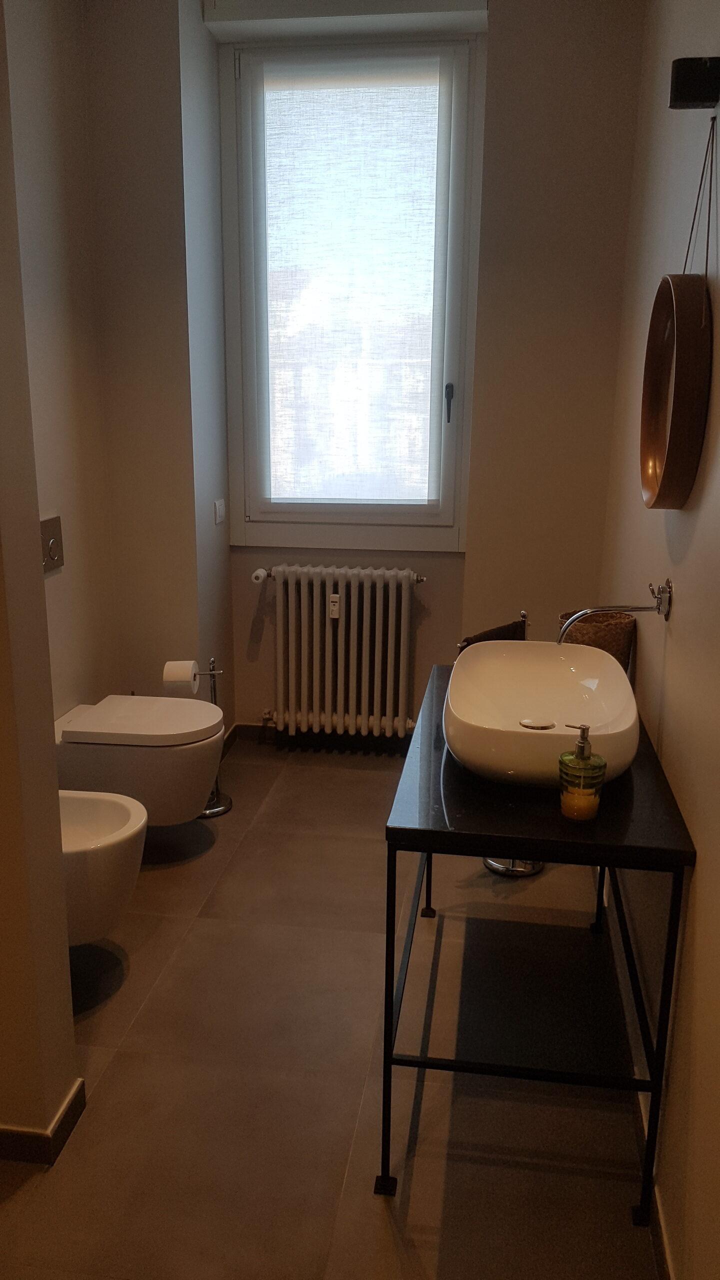 4. Ristrutturazione bagno con sanitari a parete sospesi, recupero davanzale serramento per ubicazione lavabo e pavimento in piastrelle ceramiche: lavori ultimati.