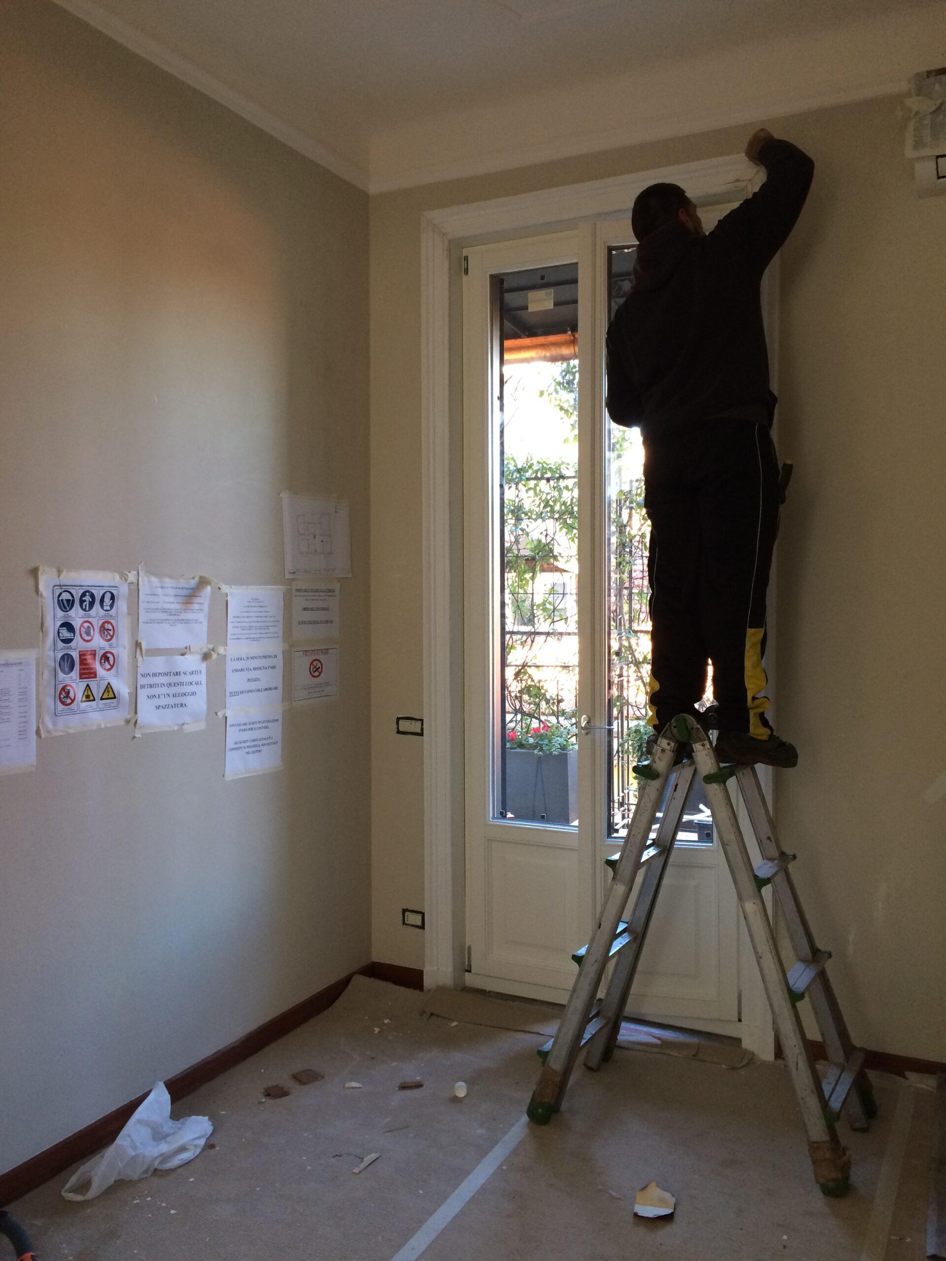 4. Rimozione della protezione adesiva dallo stipite porta a lavori di tinteggiatura ultimati: lavori in corso.