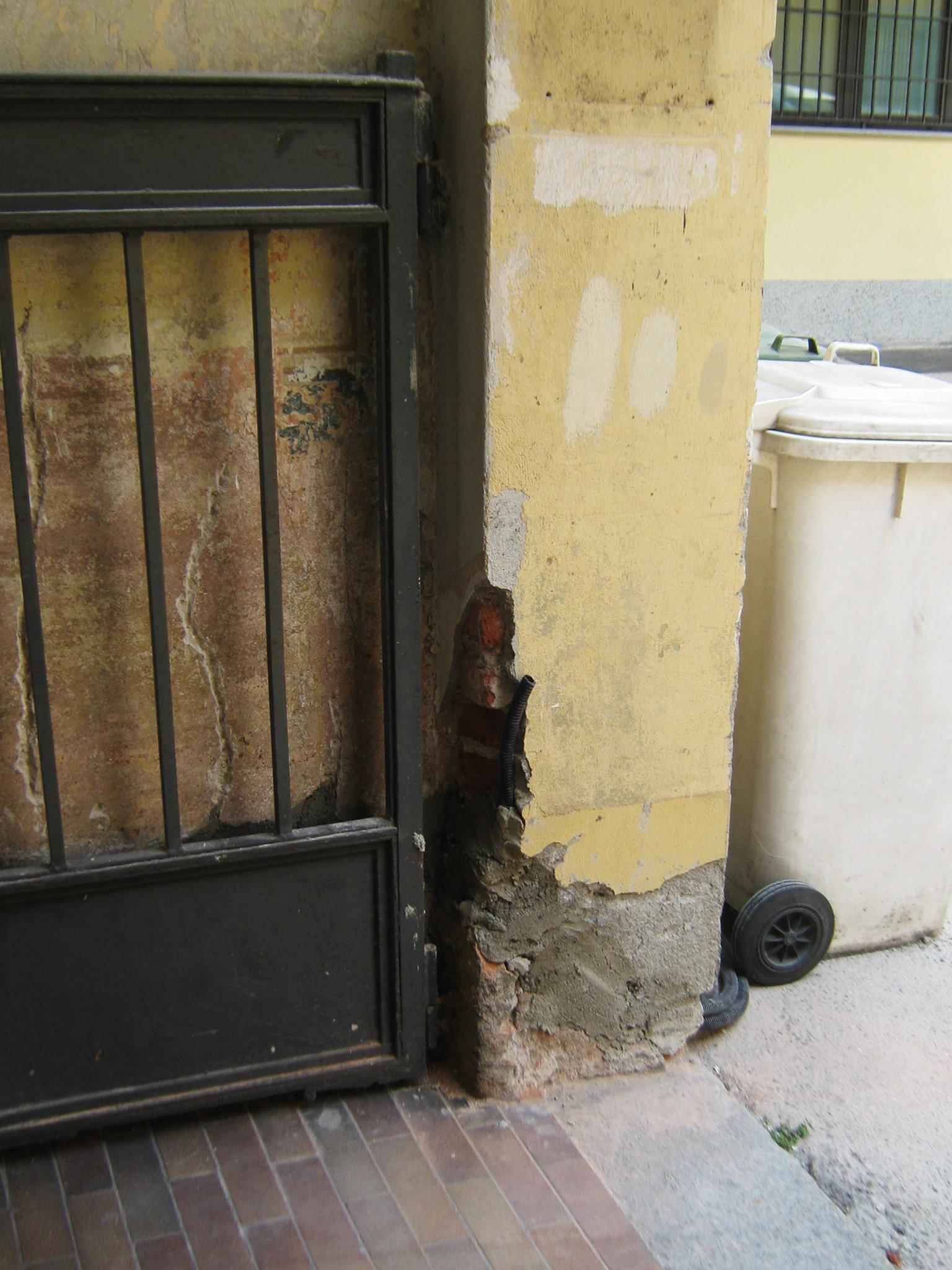 4. Particolare pilastro in muratura di ingresso condominiale degradato per mancanza e macchia: stato di fatto.