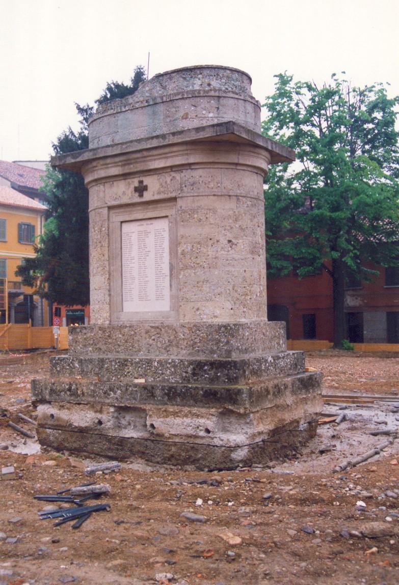 4. Alloggiamento a terra monumento commemorativo tramite autogru: lavori in corso.