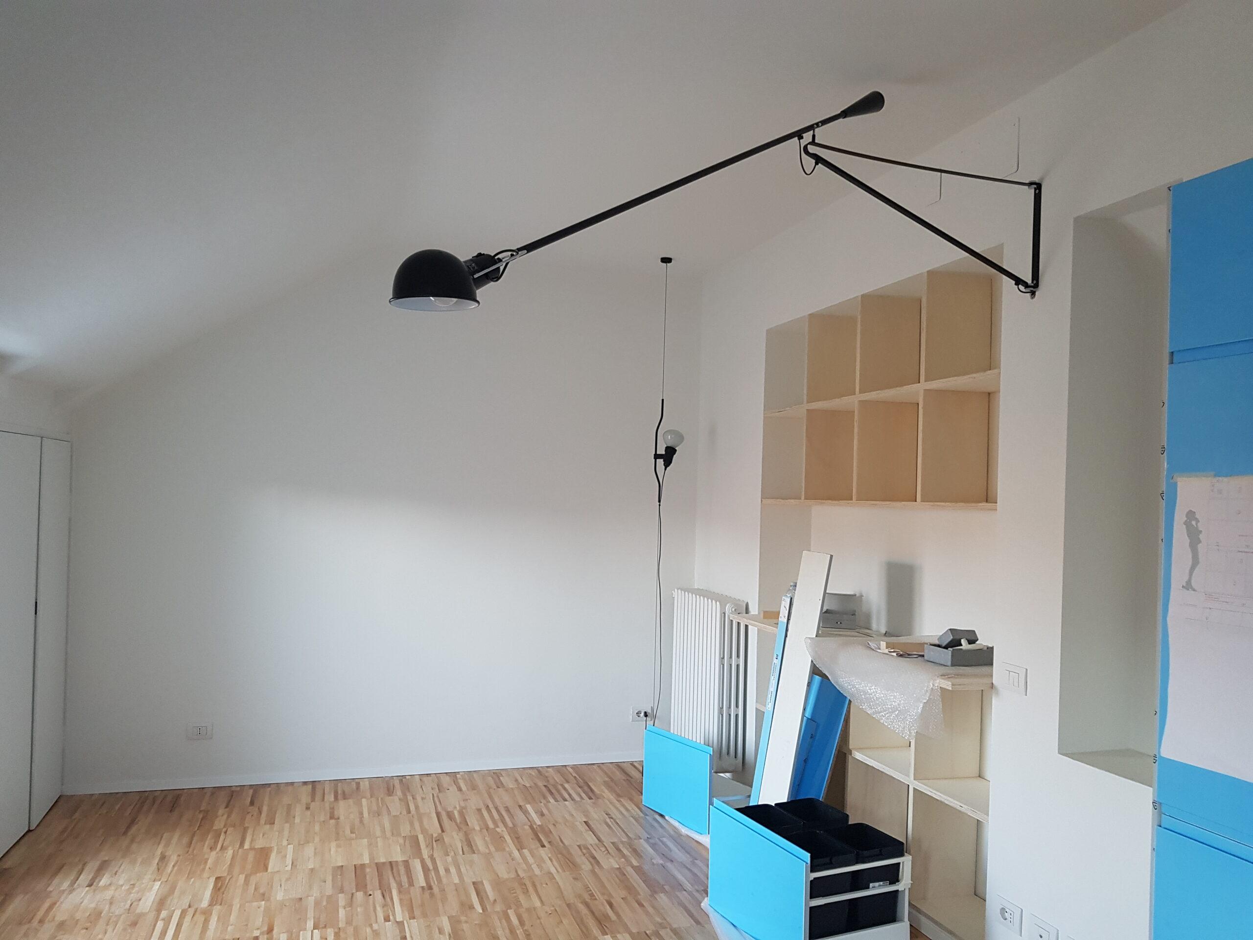 4. Locale camera con pavimento in doghe di legno, pareti con predisposizioni incasso di immobili, illuminazione installata a parete: lavori ultimati.