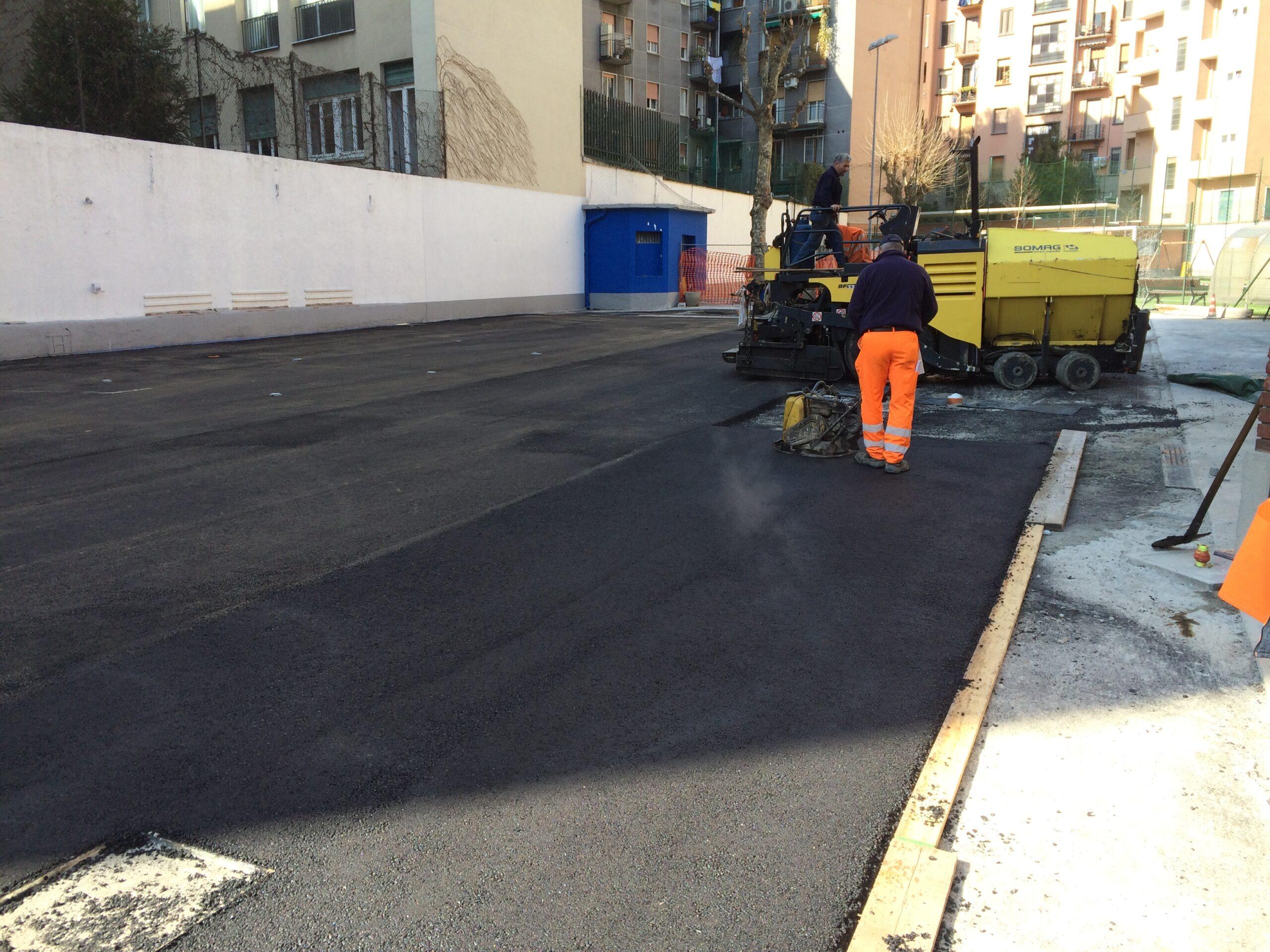 5. Stesura asfalto mediante compattatore a piastra vibrante: lavori in corso.