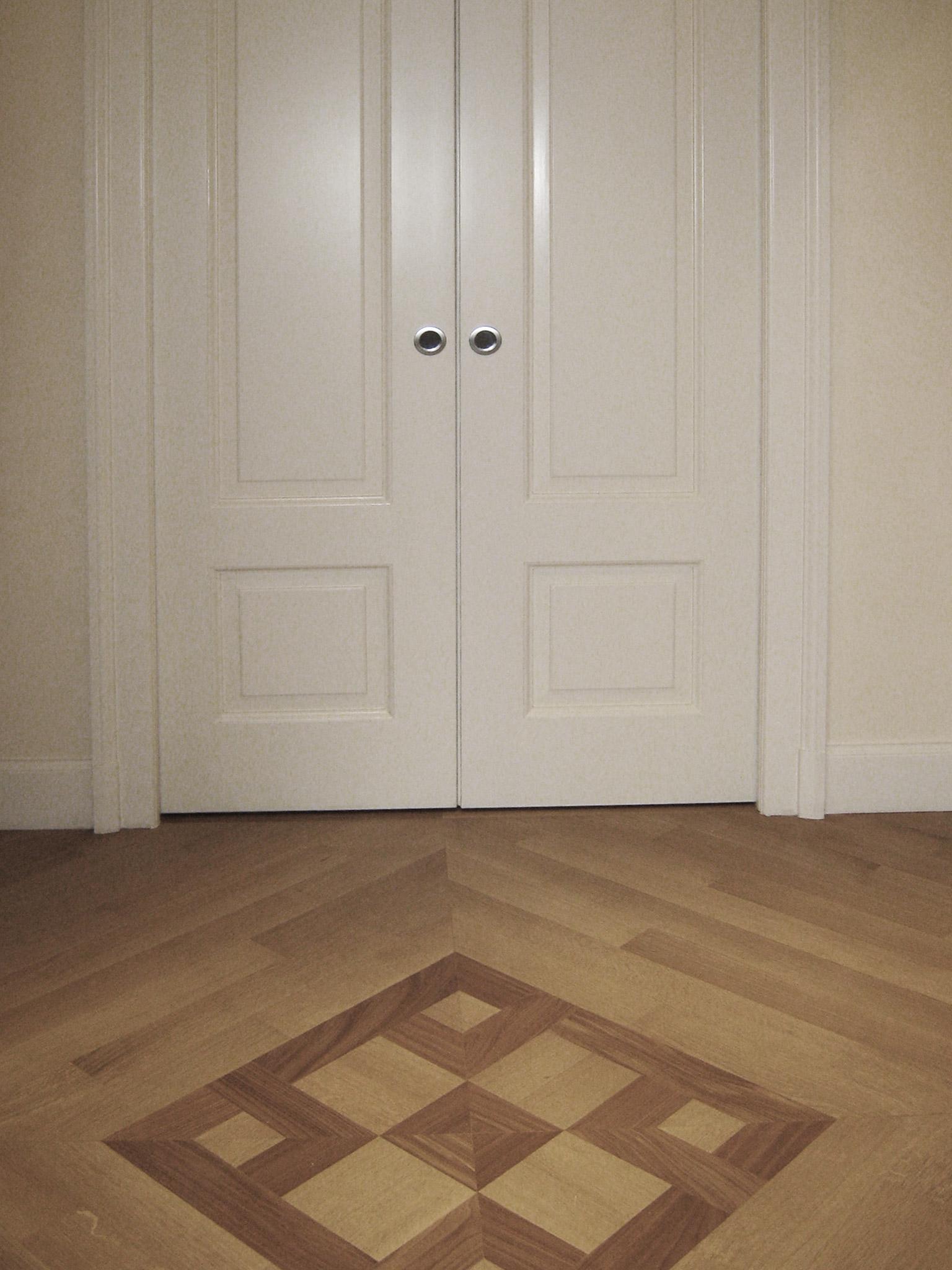 5. Pavimentazione in legno di teak a doghe con decoro centrale e porta doppia scorrevole con bugnata laccata a mano: lavori ultimati.