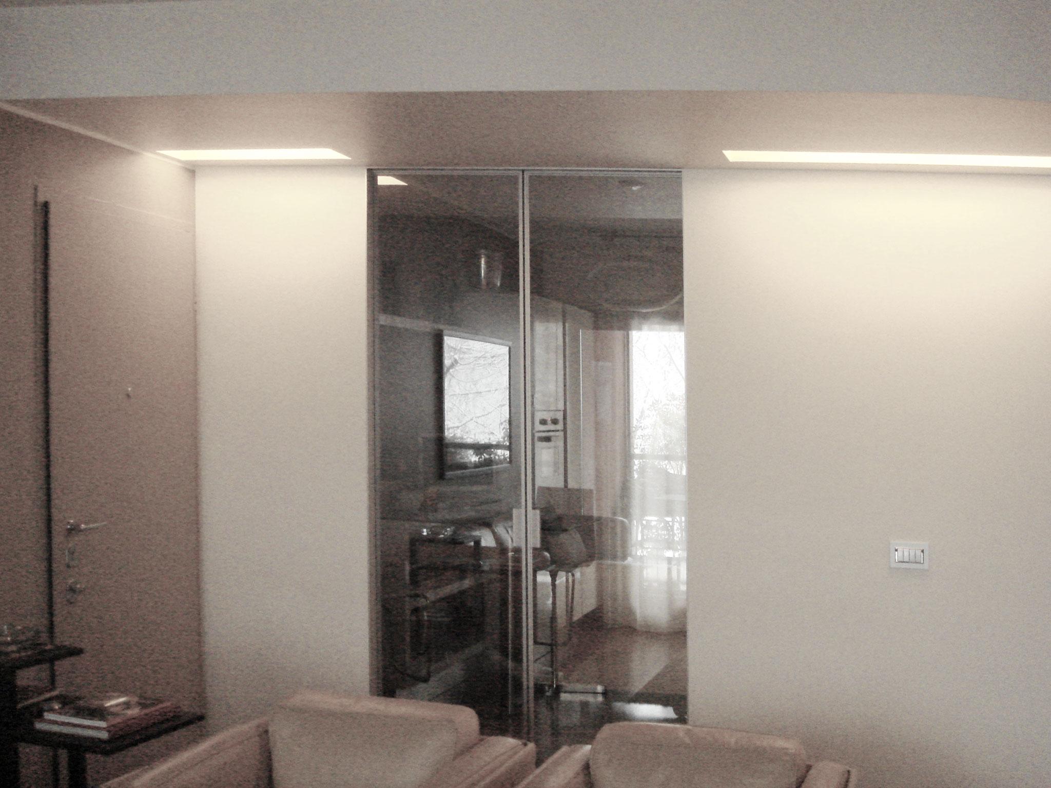 5. Controsoffitto con taglio a coda di pianoforte con gole luminose, porta divisoria tra cucina e soggiorno in vetro a scomparsa e doppia anta: lavori ultimati.