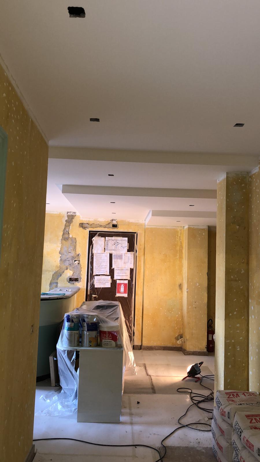 5. Preparazione superficie di pareti tramite piccozzatura per favorire l'aderenza: lavori in corso.