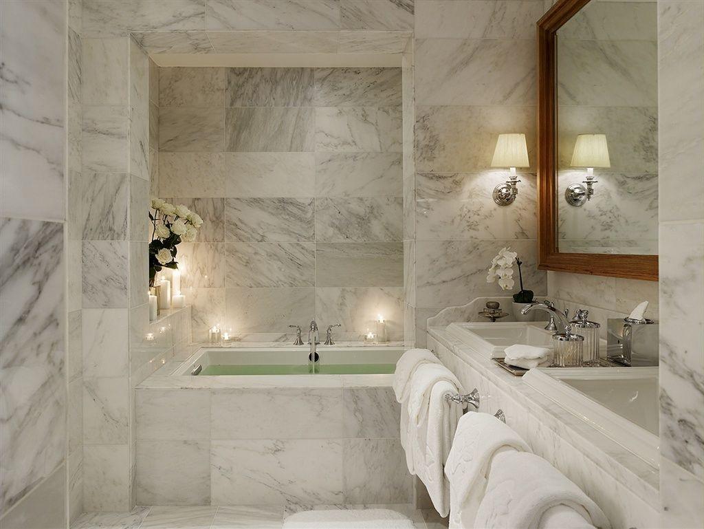 5. Finitura pavimenti, vasca da bagno, piano lavabo e rivestimenti in lastre di marmo bianco: lavori ultimati.