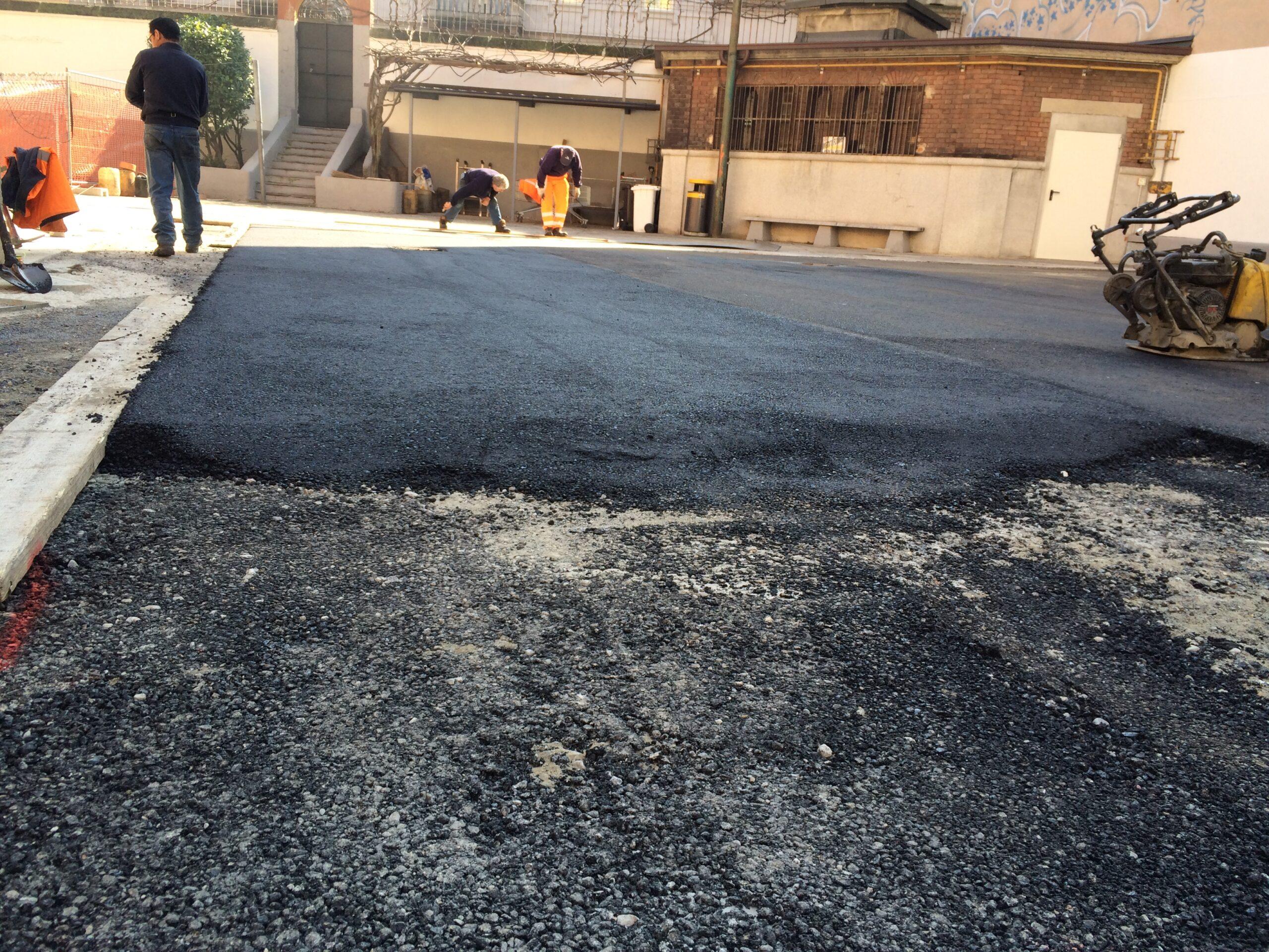 6. Livellamento asfalto con strumentazione elettronica: lavori in corso.