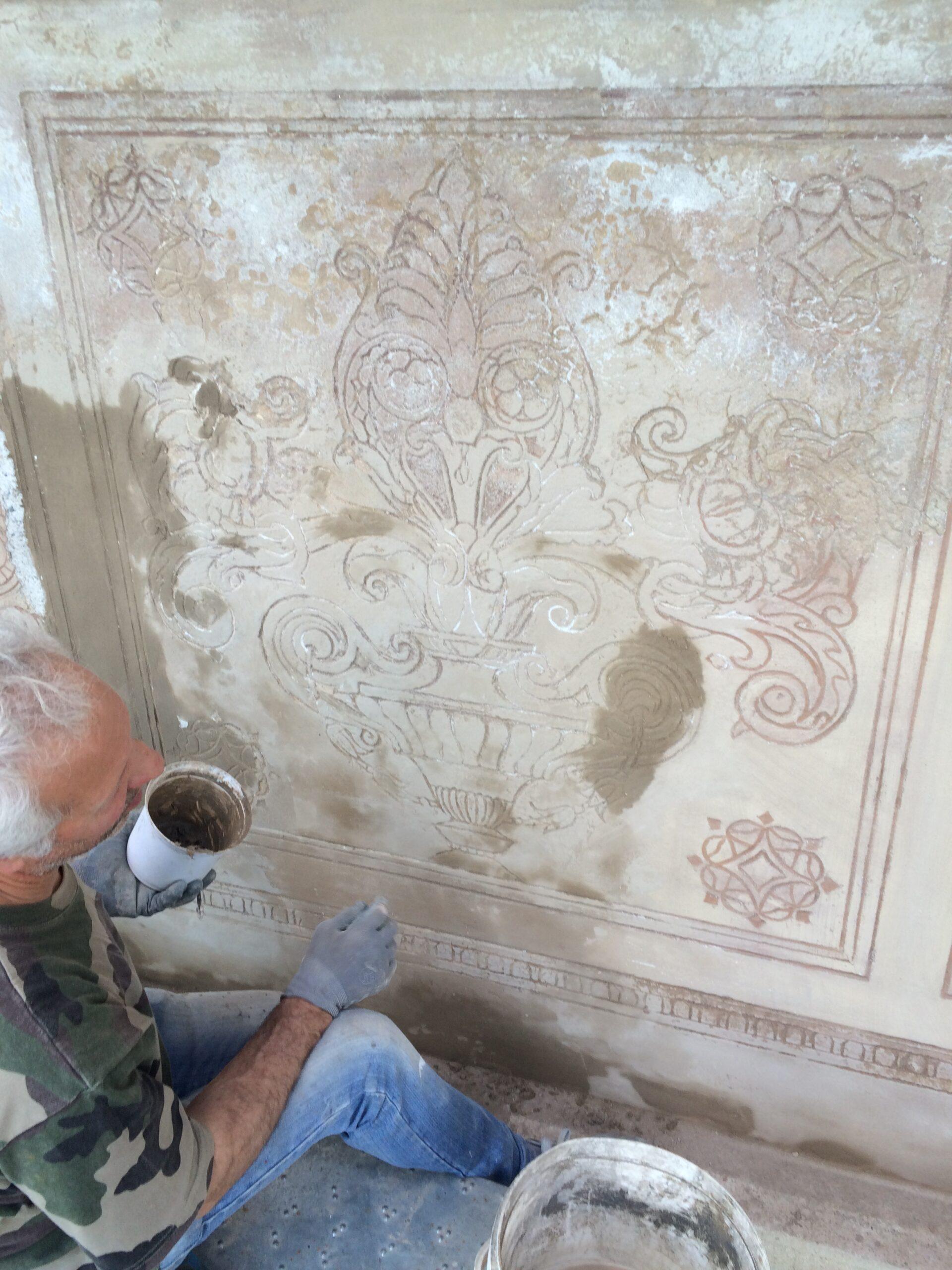 6. Pulitura e preparazione superficiale dell'affresco decorativo su prospetto: lavori in corso.