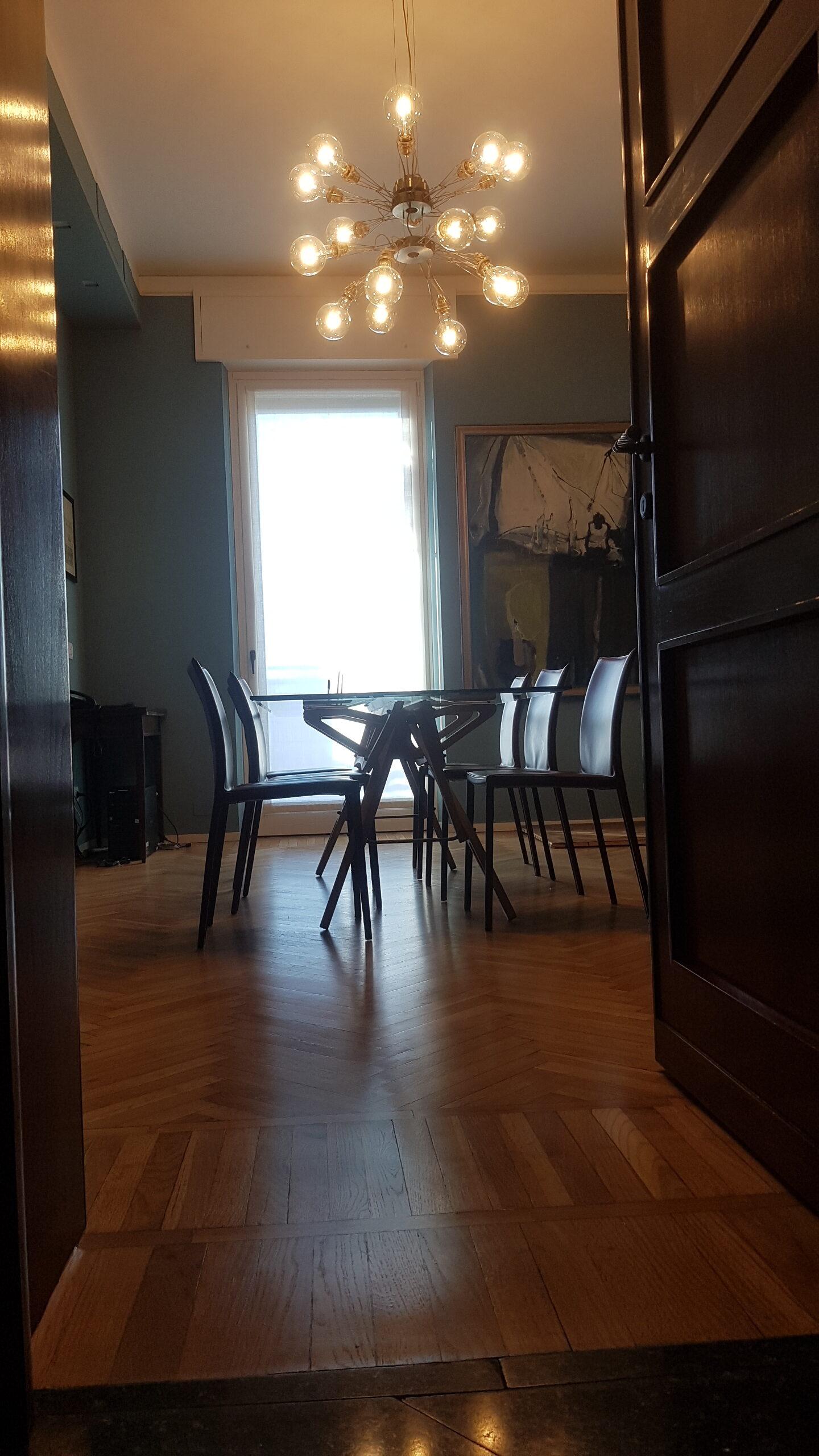6. Particolare illuminazione a soffitto con lampadario a sospensione: lavori ultimati.