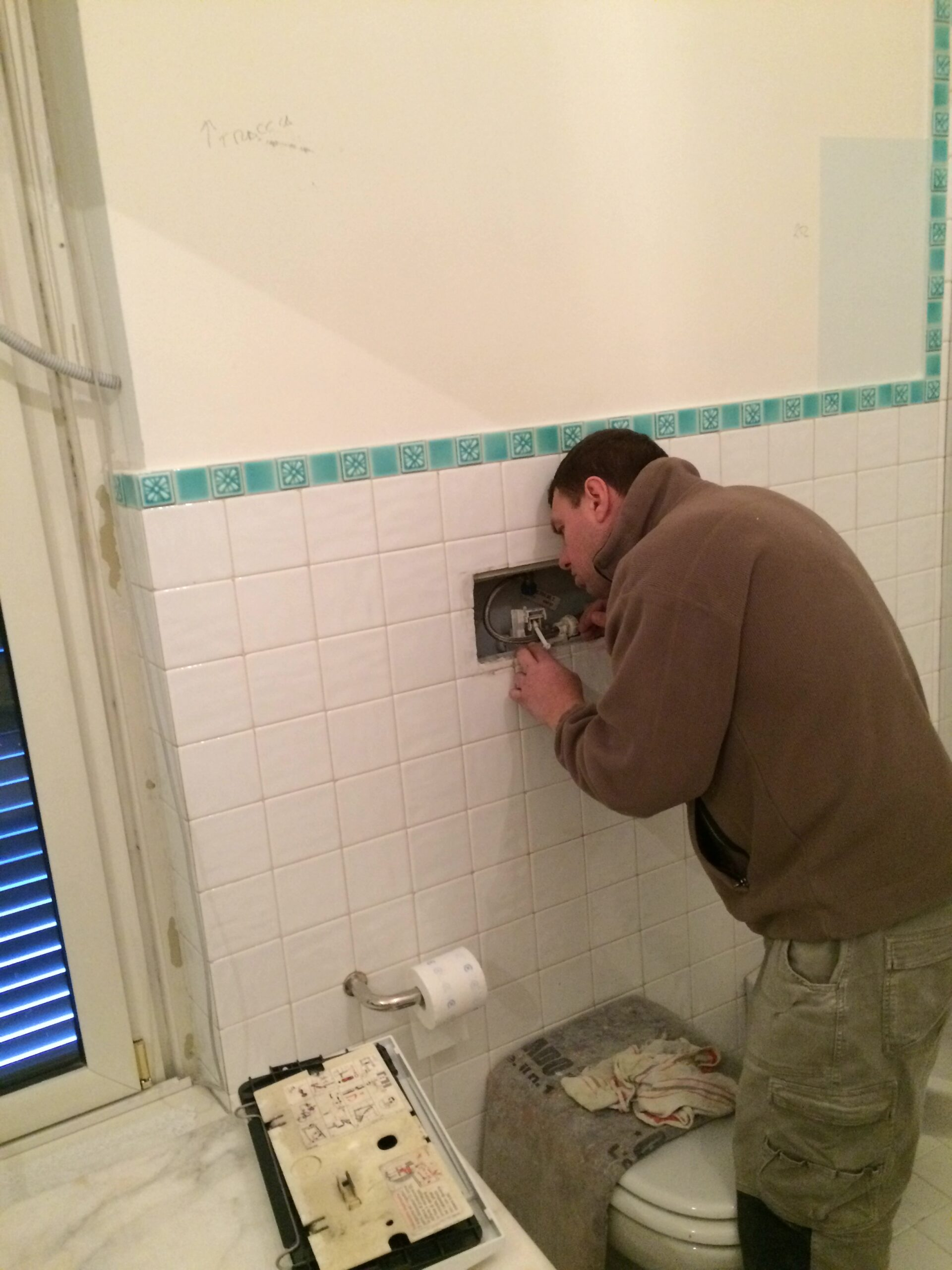 6. Installazione placca di comando scarico wc: lavori in corso.