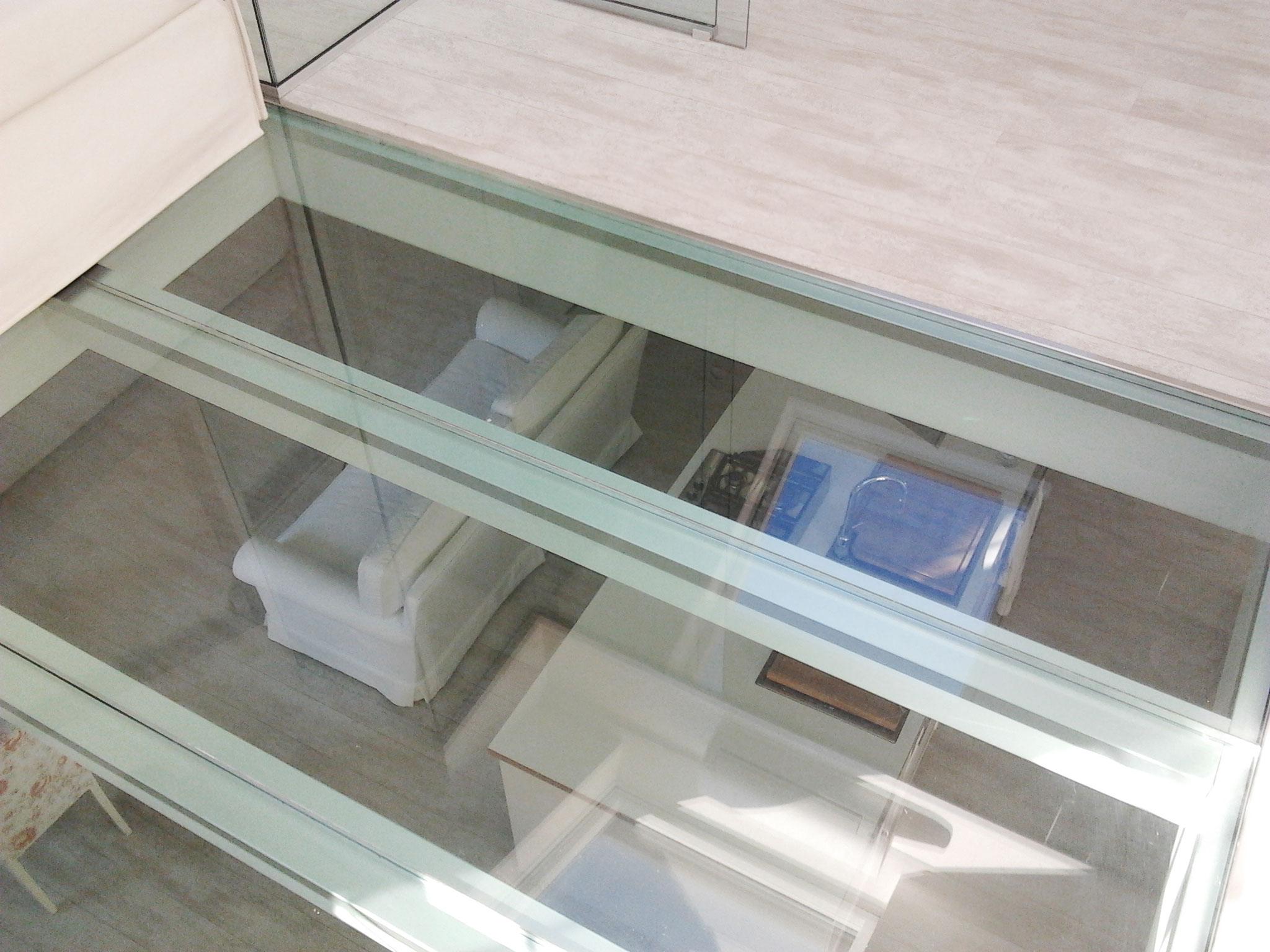 6. Particolare ambiente studio con pavimento calpestabile composto da struttura in acciaio e lastre di vetro stratificato: lavori ultimati.