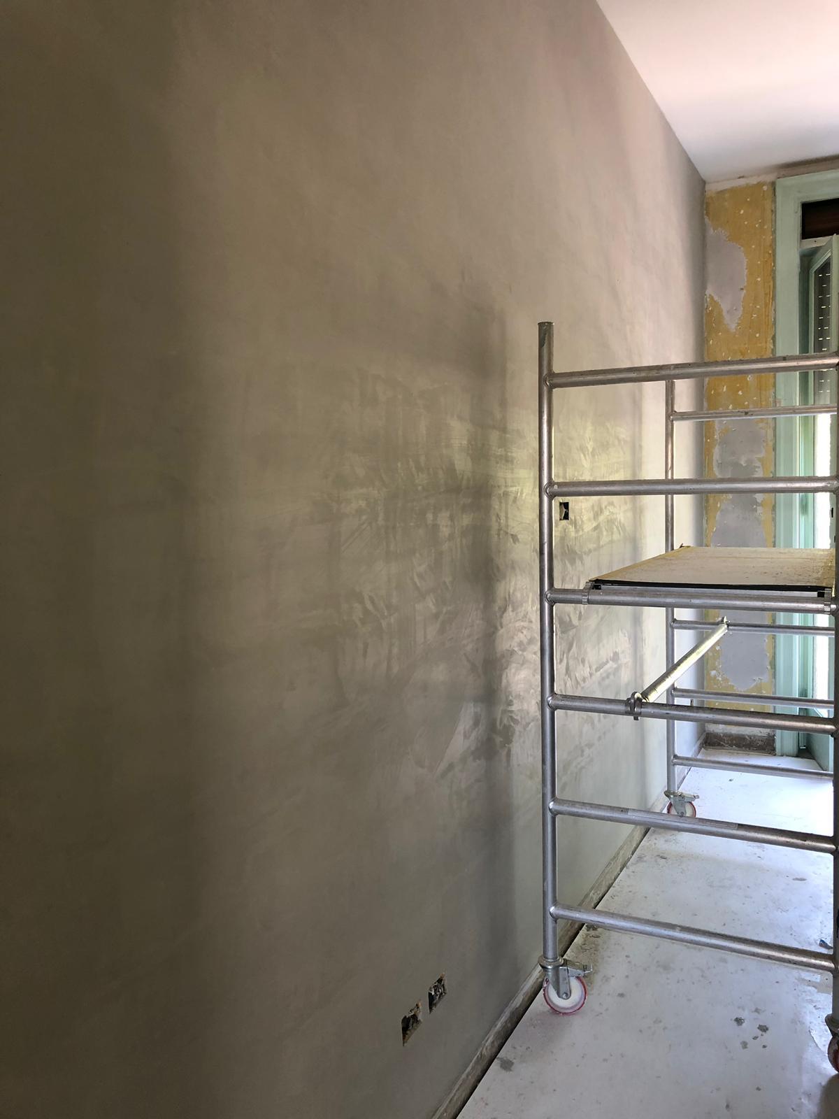 6. Lavori di finitura a parete mediante utilizzo di trabattello: lavori in corso.