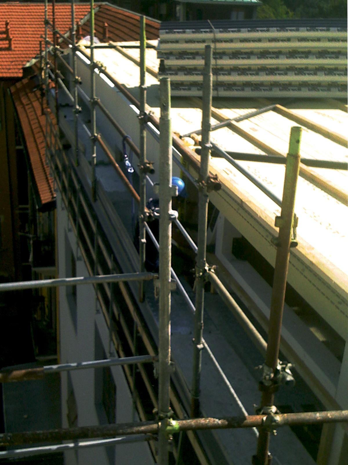 7. Montaggio ponteggio alla quota del piano di lavoro, particolare di ancoraggio alla facciata dei ponteggi a tubi e giunti: lavori in corso.