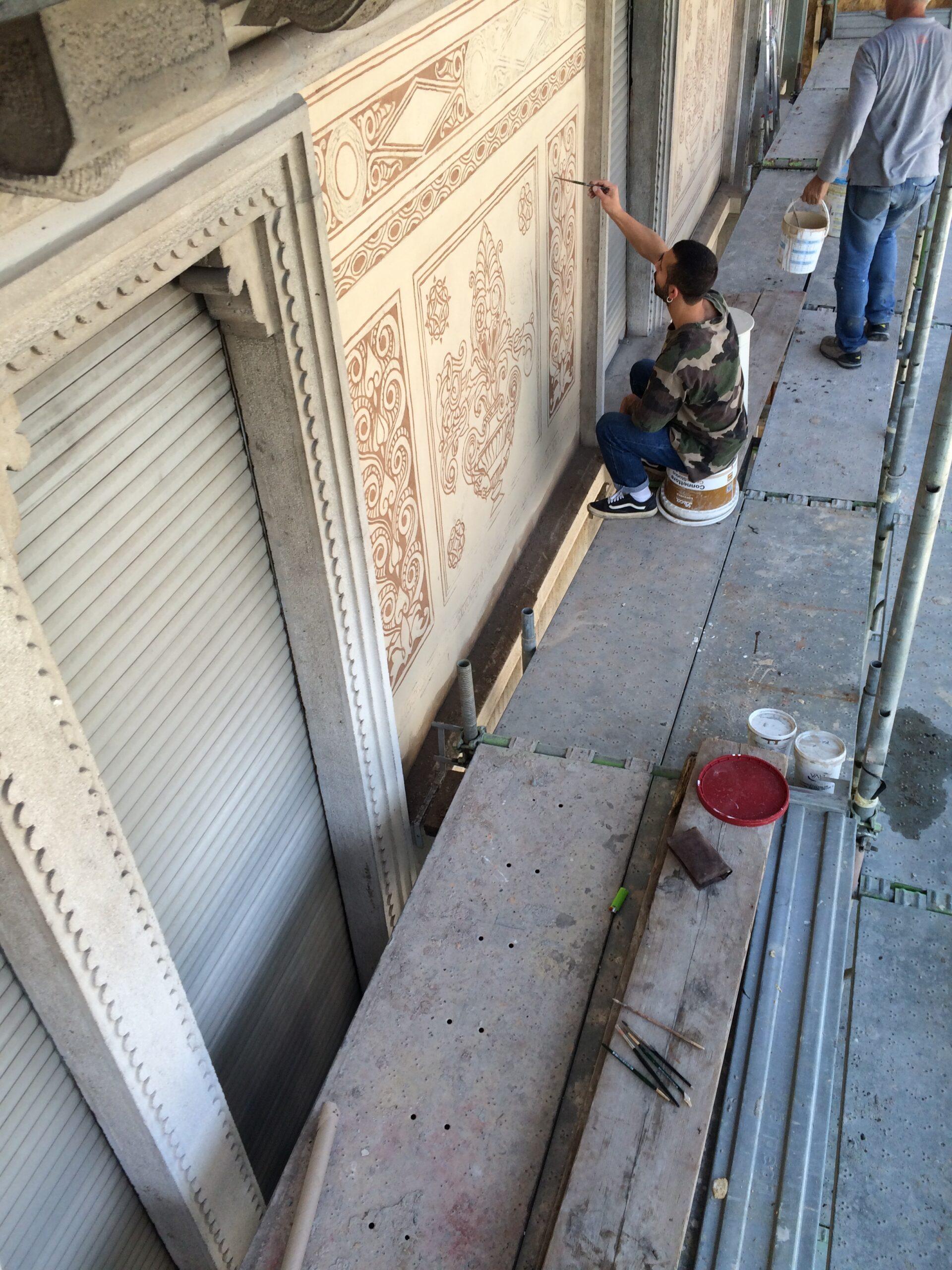 7. Ripristino dell'affresco decorativo con opere di restauro: lavori in corso.