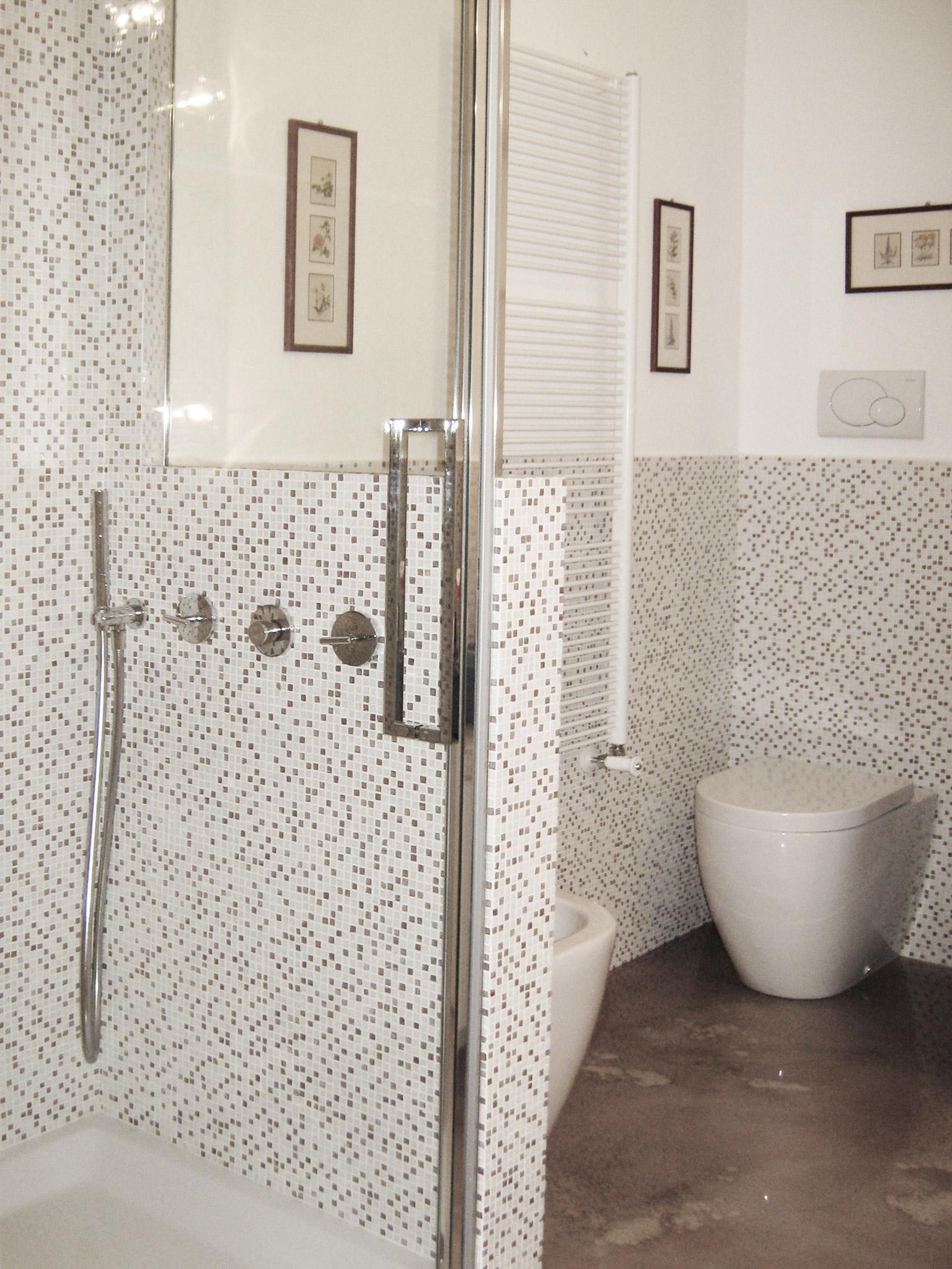 7. Sala da bagno con pavimento in resina Keracoll, rivestimento in tessere di mosaico vetroso Trend, sanitari Flaminia e rubinetteria Zazzeri: lavori ultimati.