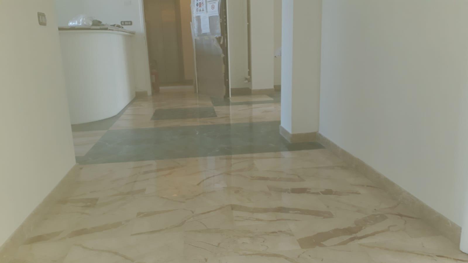 7. Finitura pavimento stanza ufficio in lastre di marmo rosa lamato e lucidato: lavori ultimati.