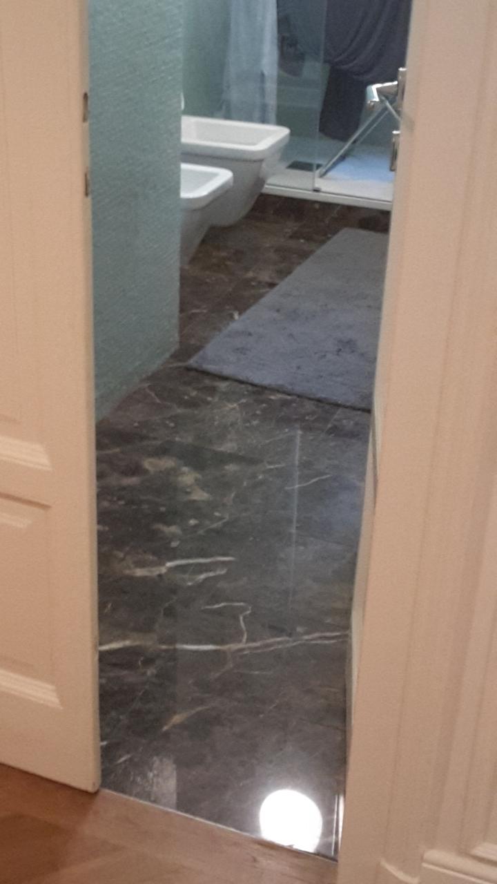 7. Finitura pavimenti e rivestimenti in lastre di marmo nero: lavori ultimati.