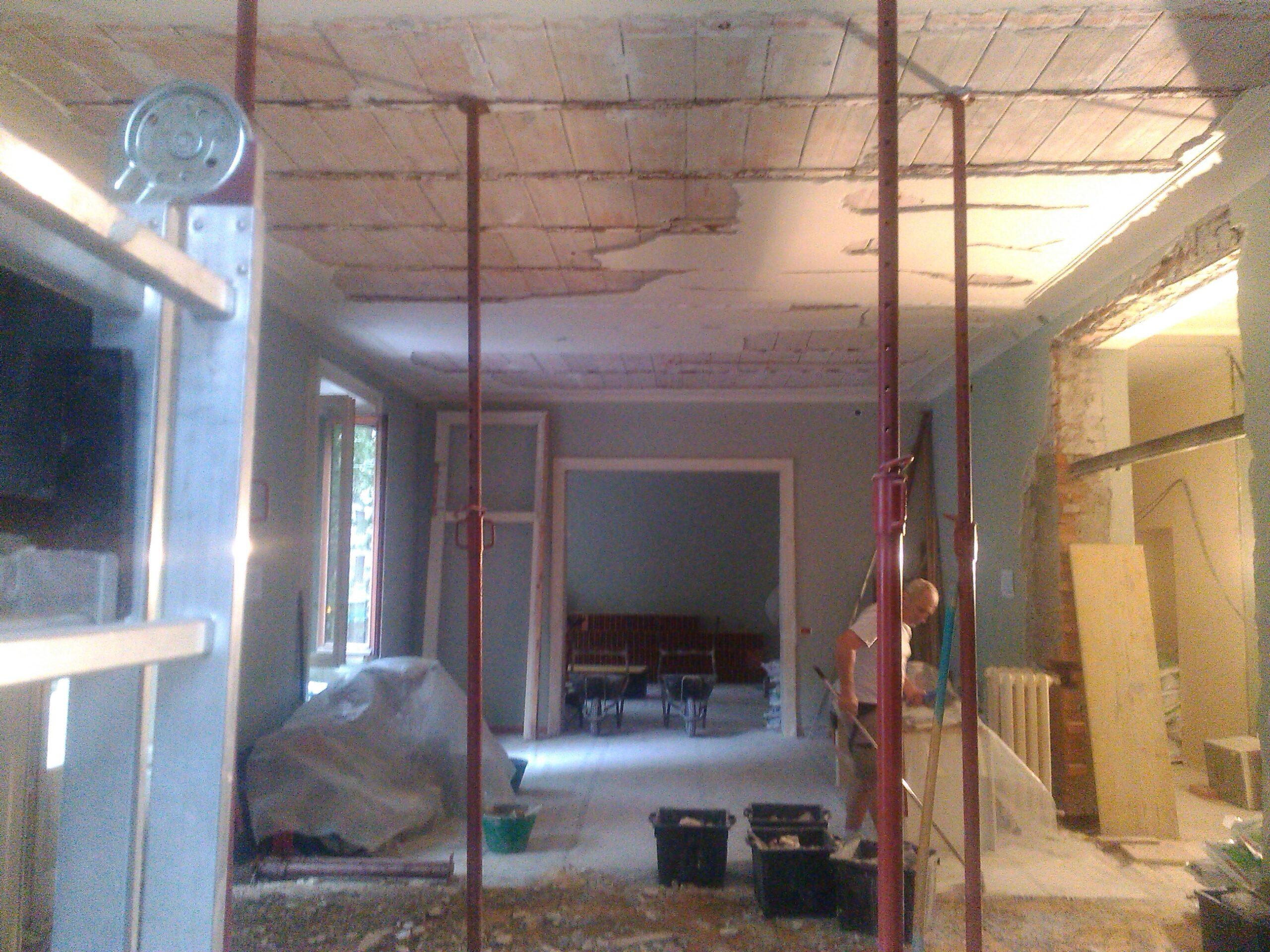 8. Demolizioni di finiture intonaci a soffitto con messa in sicurezza dei solai tramite puntelli: lavori in corso.