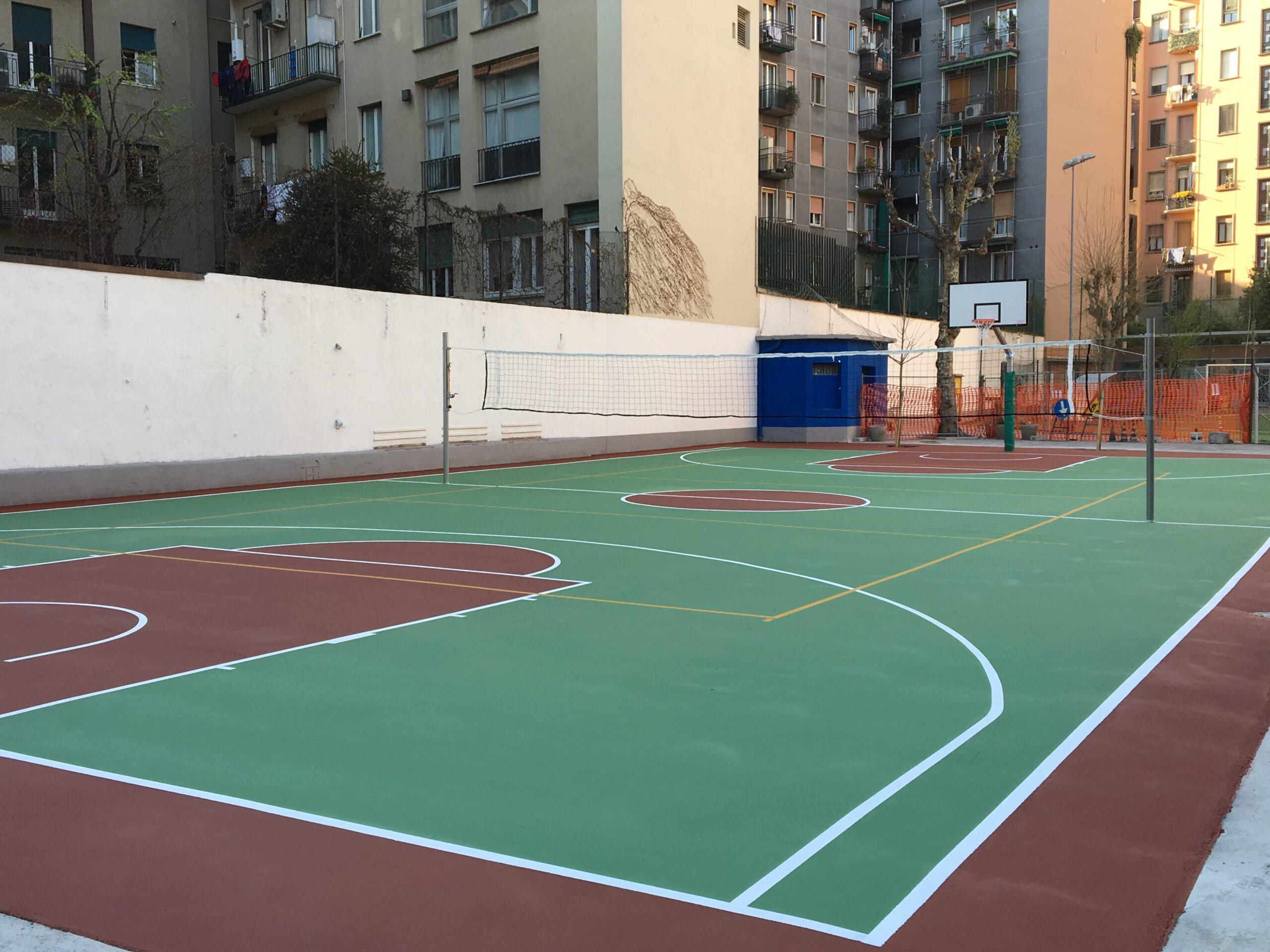 8. Realizzazione nuovo campo sportivo con campo da pallacanestro, campo da pallavolo e accessori (rete pallavolo, canestro basket): vista lato palazzi a lavori ultimati.