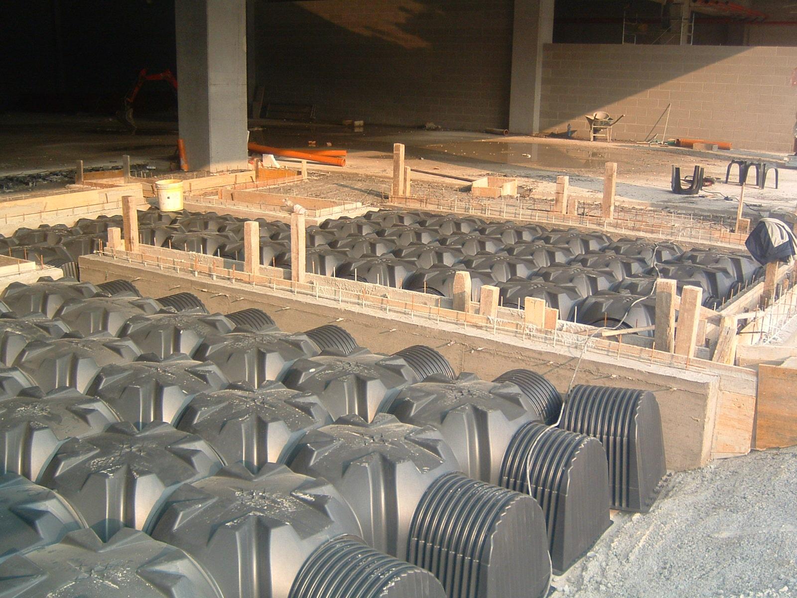 8. Alloggiamento di vespaio aerato con casseri iglu a perdere di materiale plastico: lavori in corso.