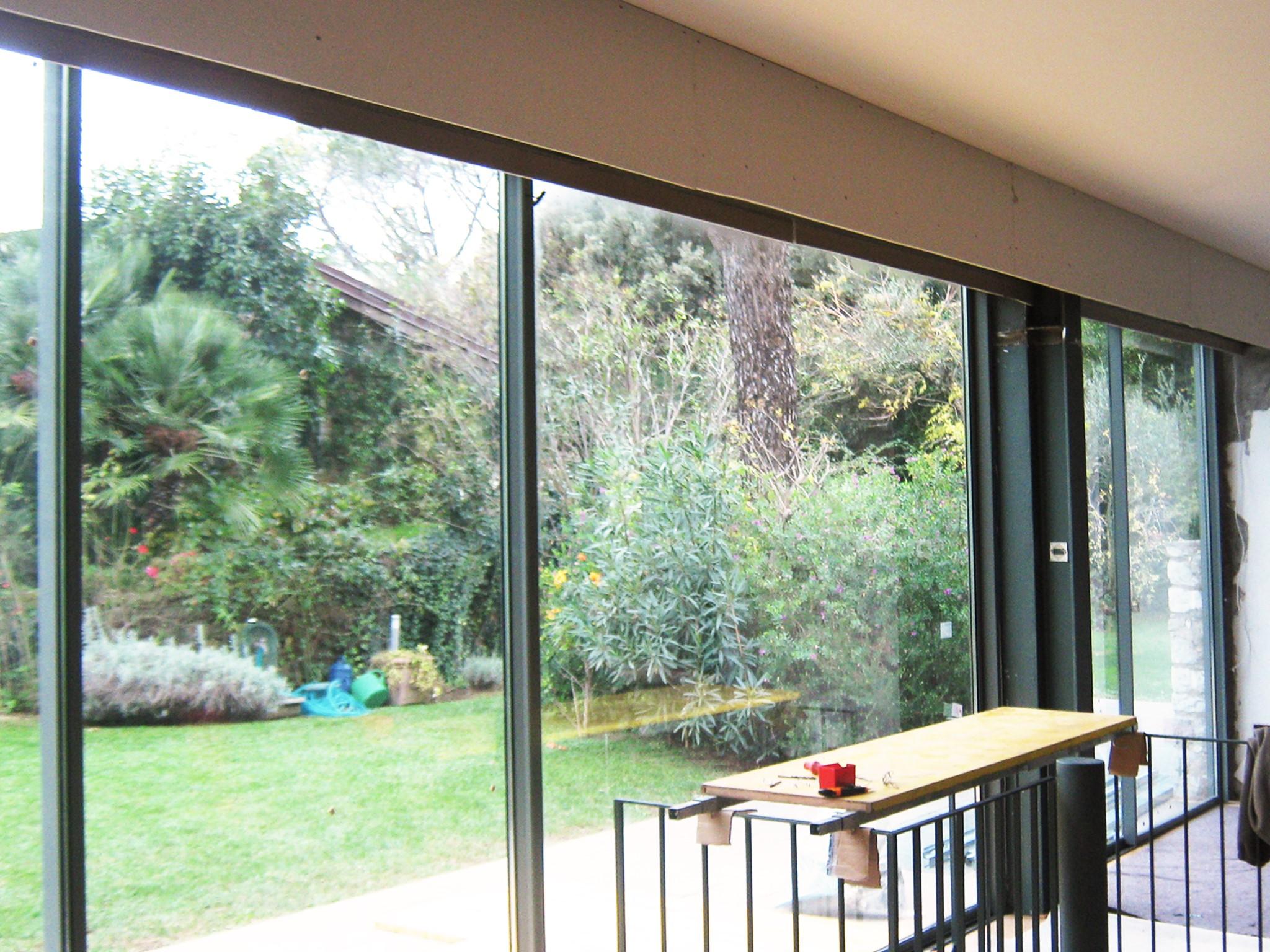 8. Vista interna di finestre ad ante scorrevoli Metra: lavori in corso.