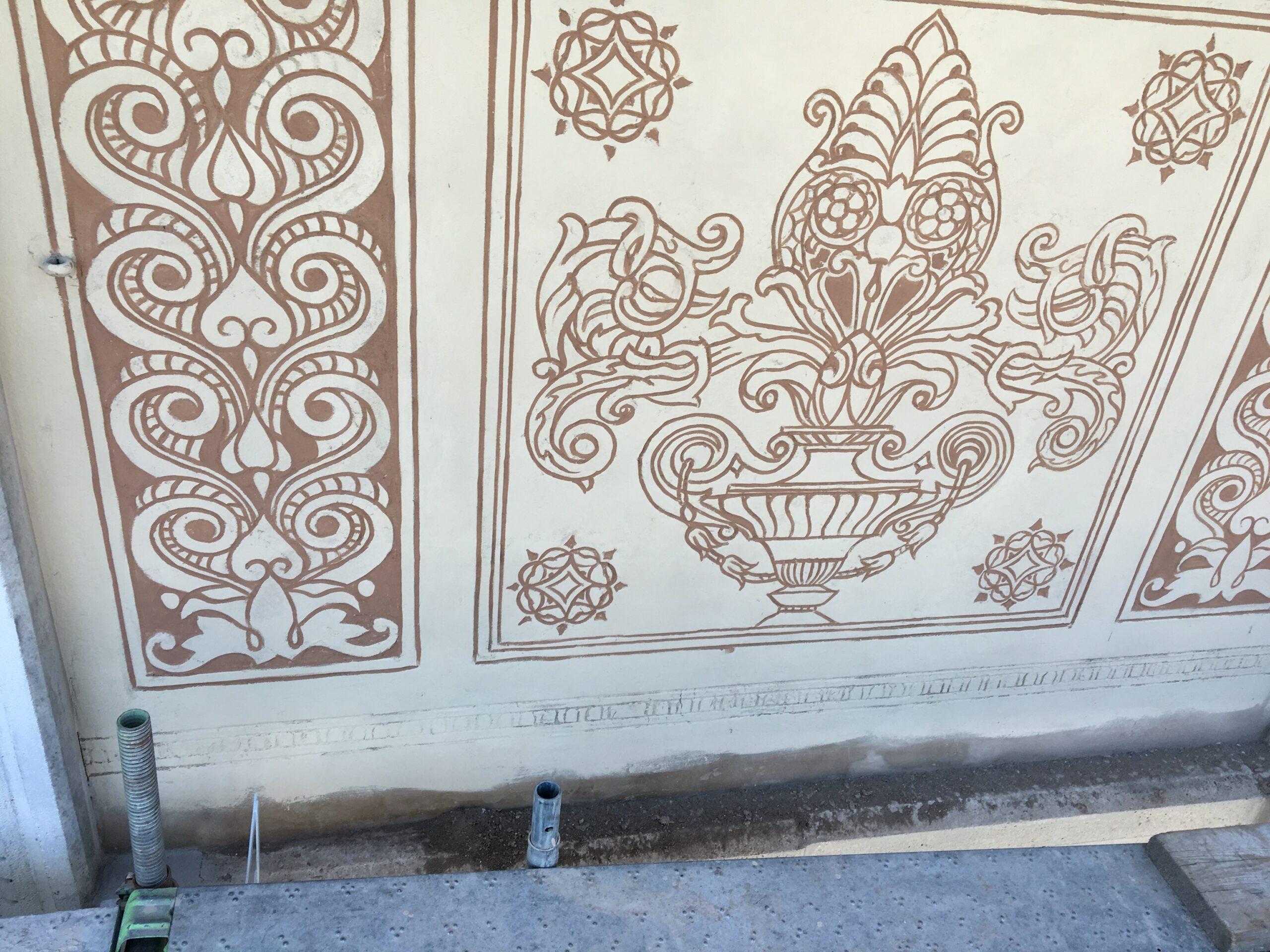 8. Particolare di affresco decorativo sul prospetto degradato con lavori di restauro e recupero: lavori in corso.