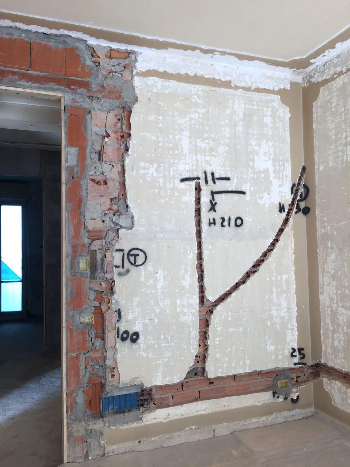 8. Tracciamento impianto elettrico a parete: lavori in corso.