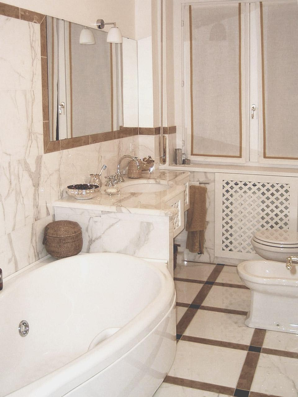 8. Sala da bagno con pavimento e rivestimento in marmo Calacatta oro e giallo reale: lavori ultimati.