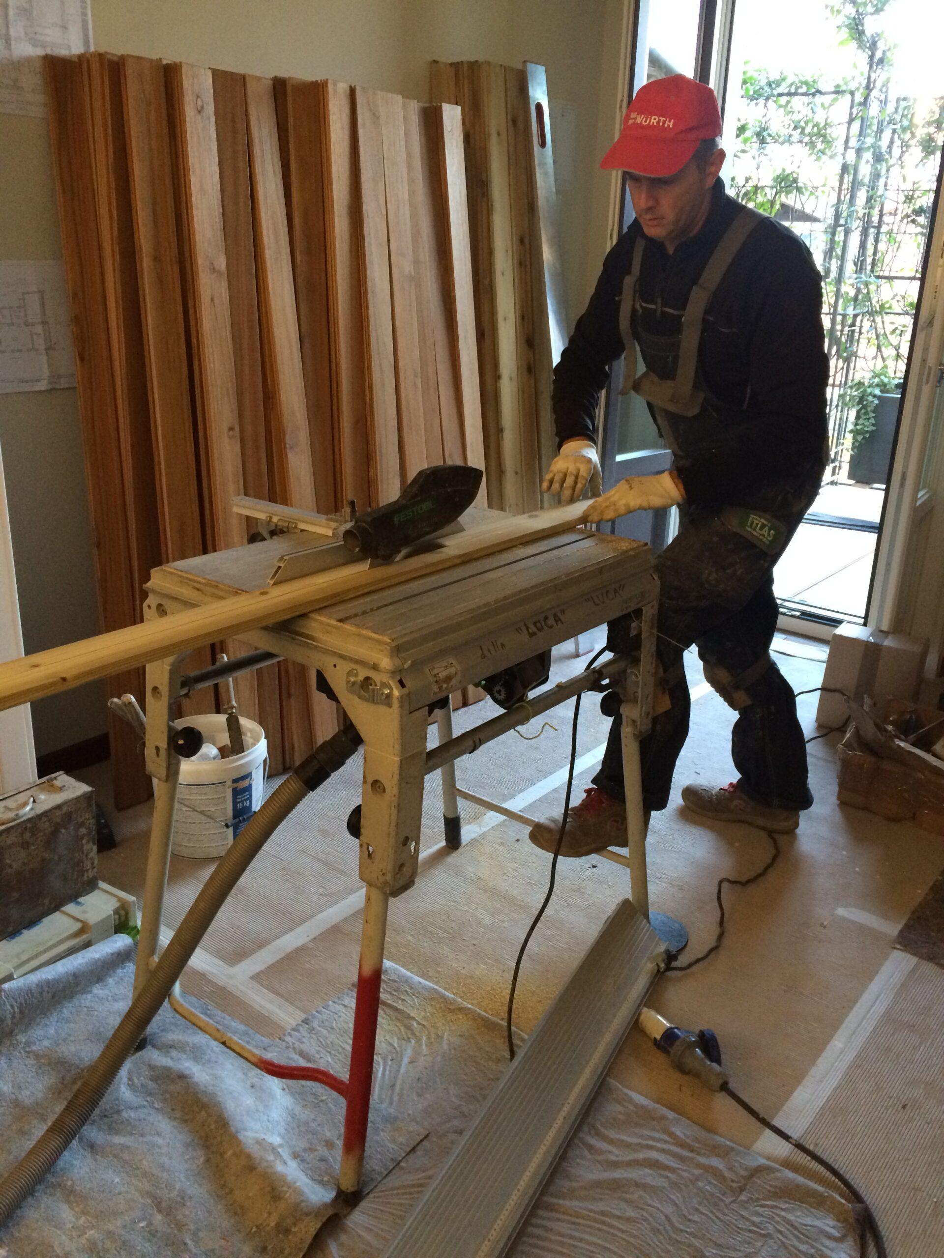 8. Taglio doghe di legno con macchina troncatrice radiale elettrica: lavori in corso.