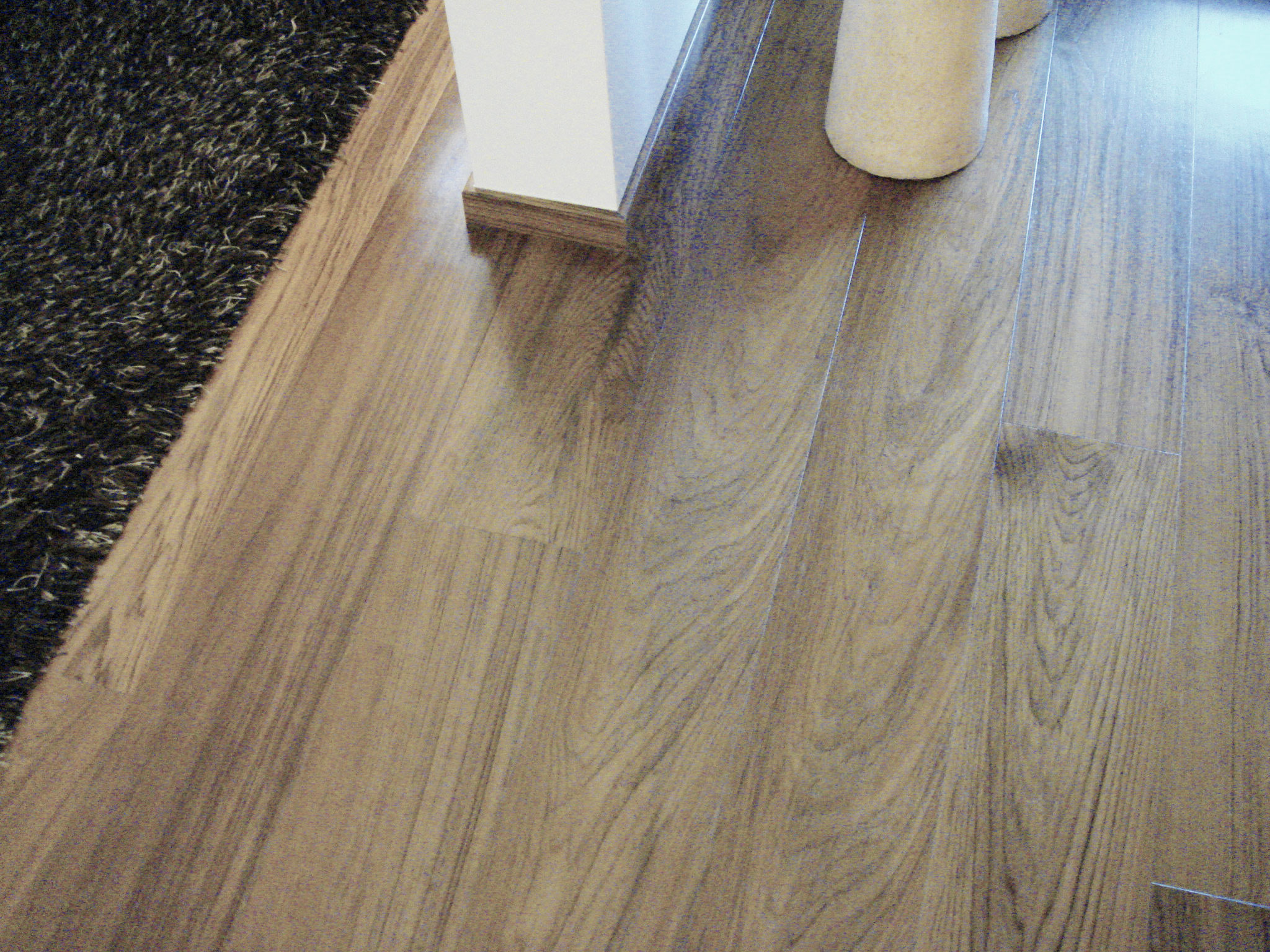 8. Particolare pavimento in legno di rovere a listoni cono zoccolo ribassato: lavori ultimati.