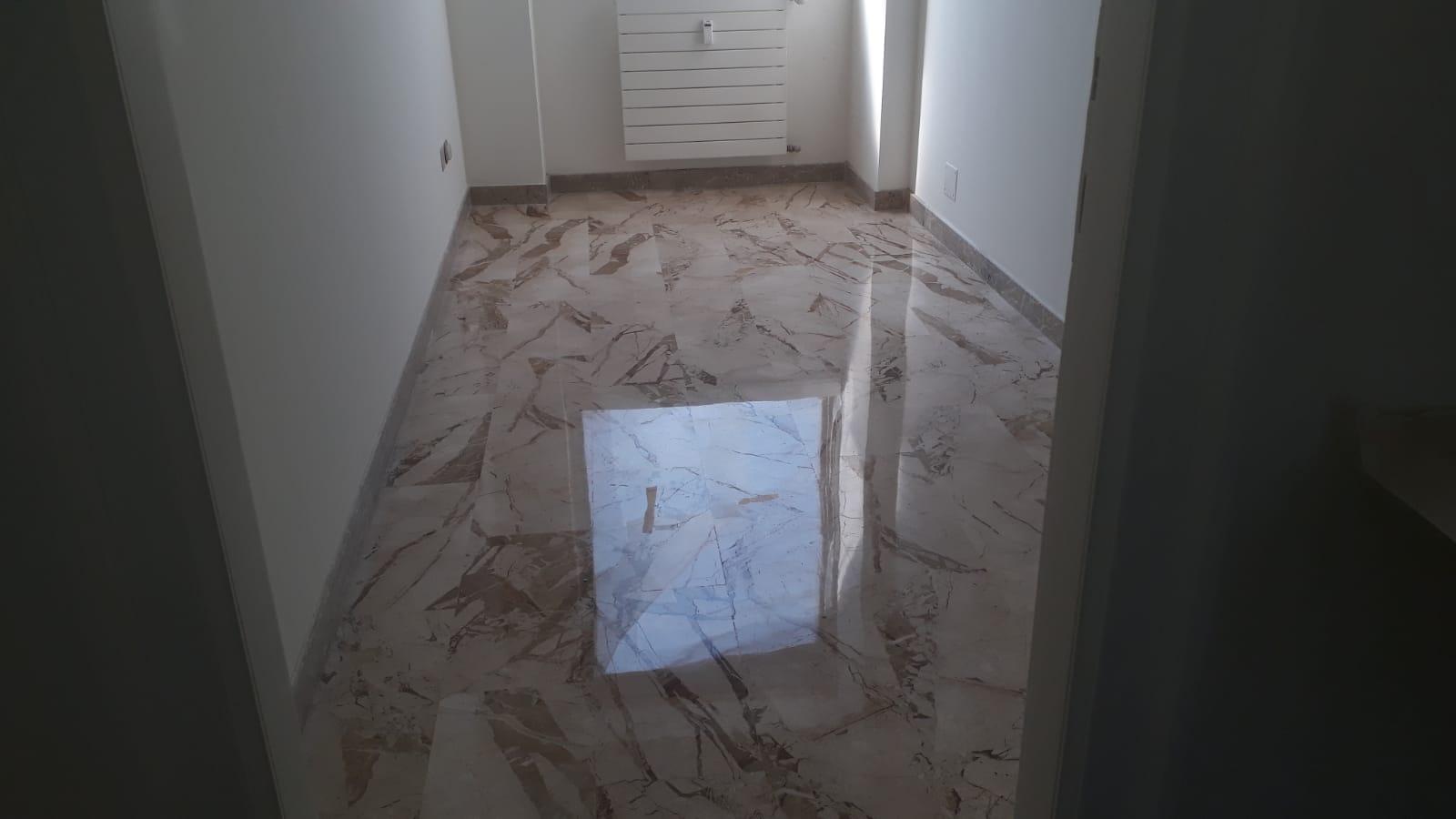 8. Finitura pavimento ingresso in lastre di marmo bianco lamato e lucidato: lavori ultimati.