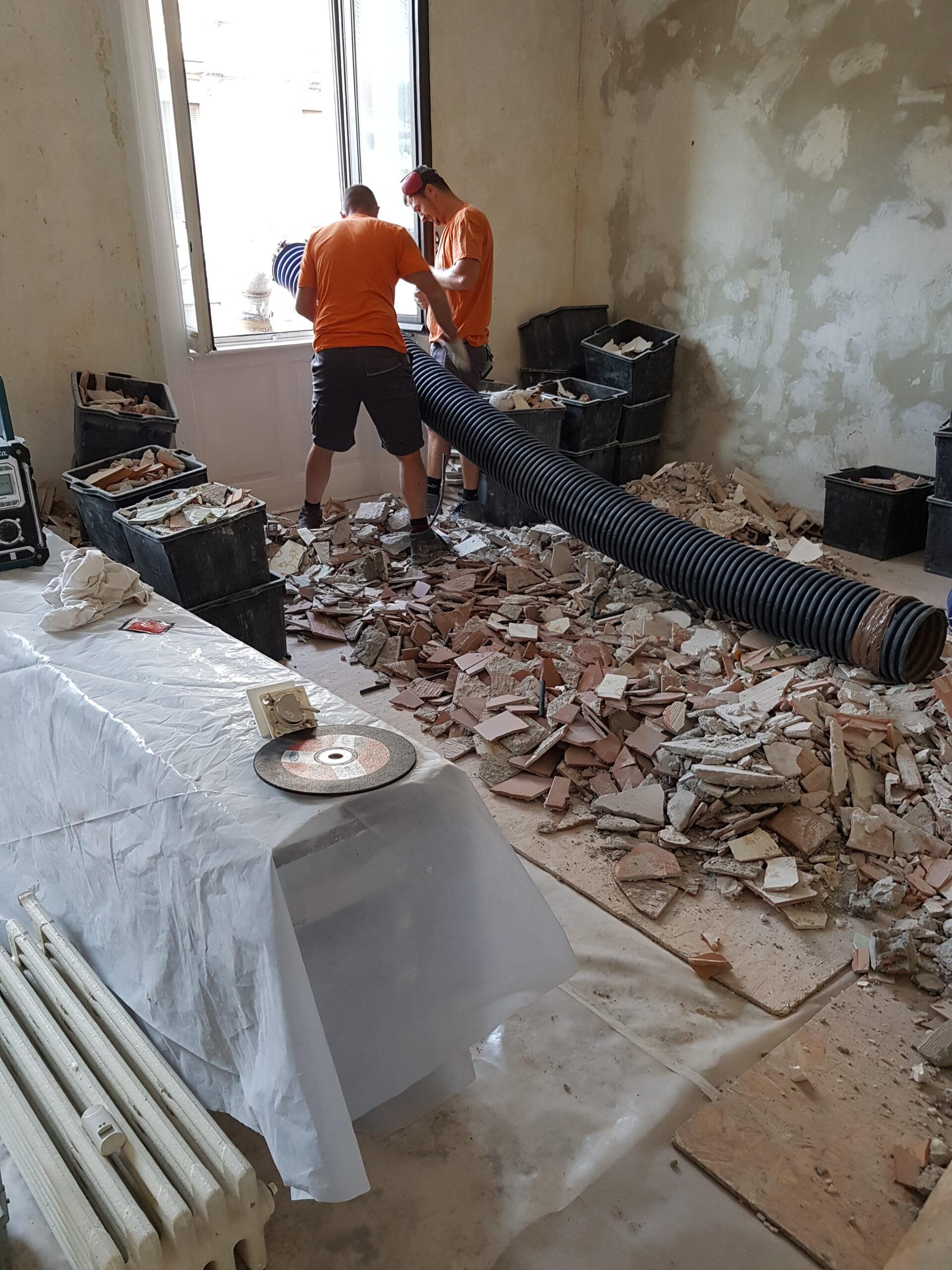8. Collegamento del tubo corrugato dal piano macerie all'escavatore a risucchio in via Donatello: lavori in corso.