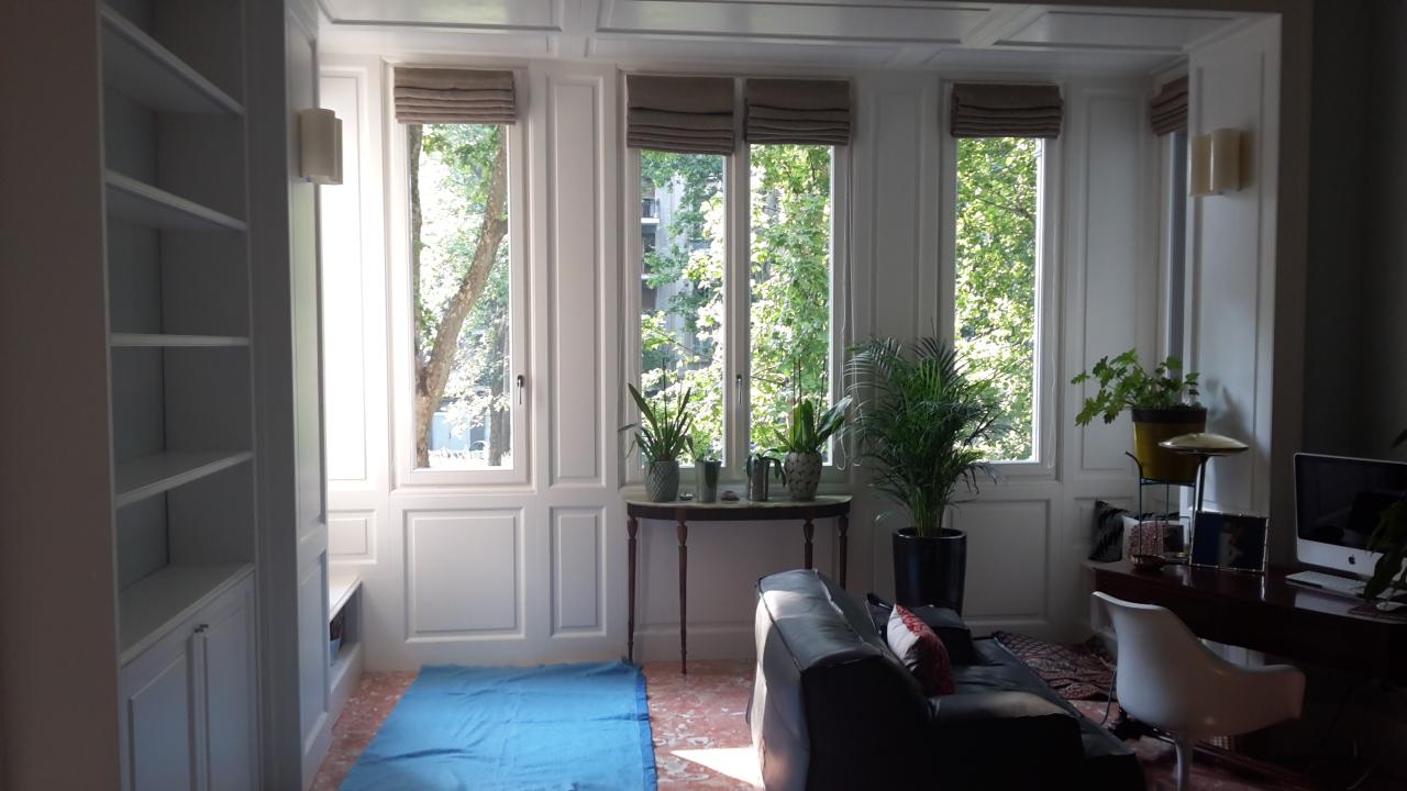 8. Bow window in legno laccato bianco e finiture pavimenti in lastre di marmo rosa: lavori ultimati.