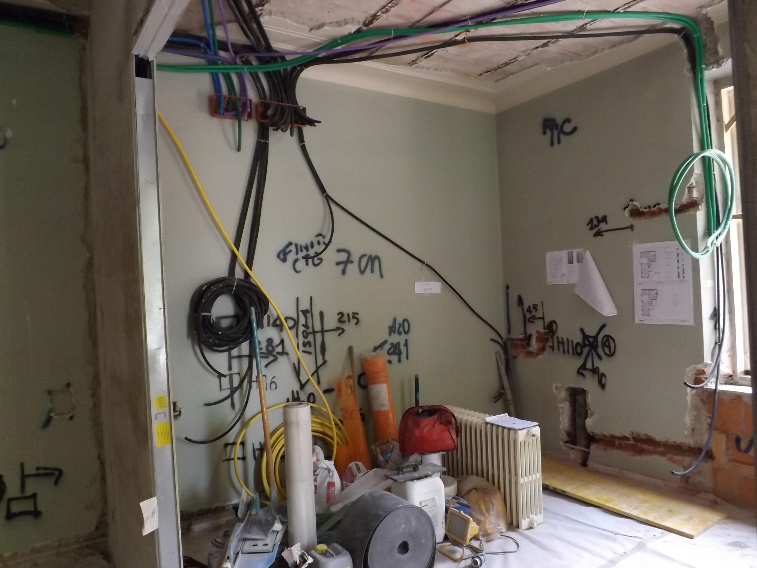 9. Tracciamento a parete e soffitto di impianti: lavori in corso.
