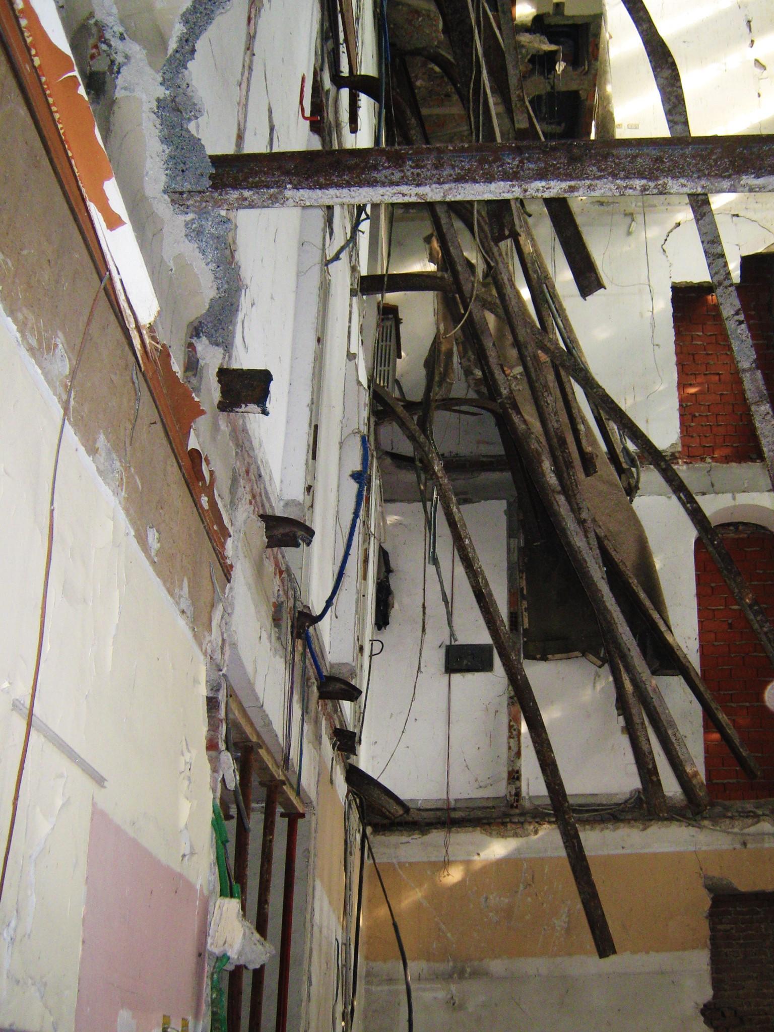 9. Allestimento cantiere con messa in sicurezza solai esistenti tramite puntelli in acciaio: lavori in corso.
